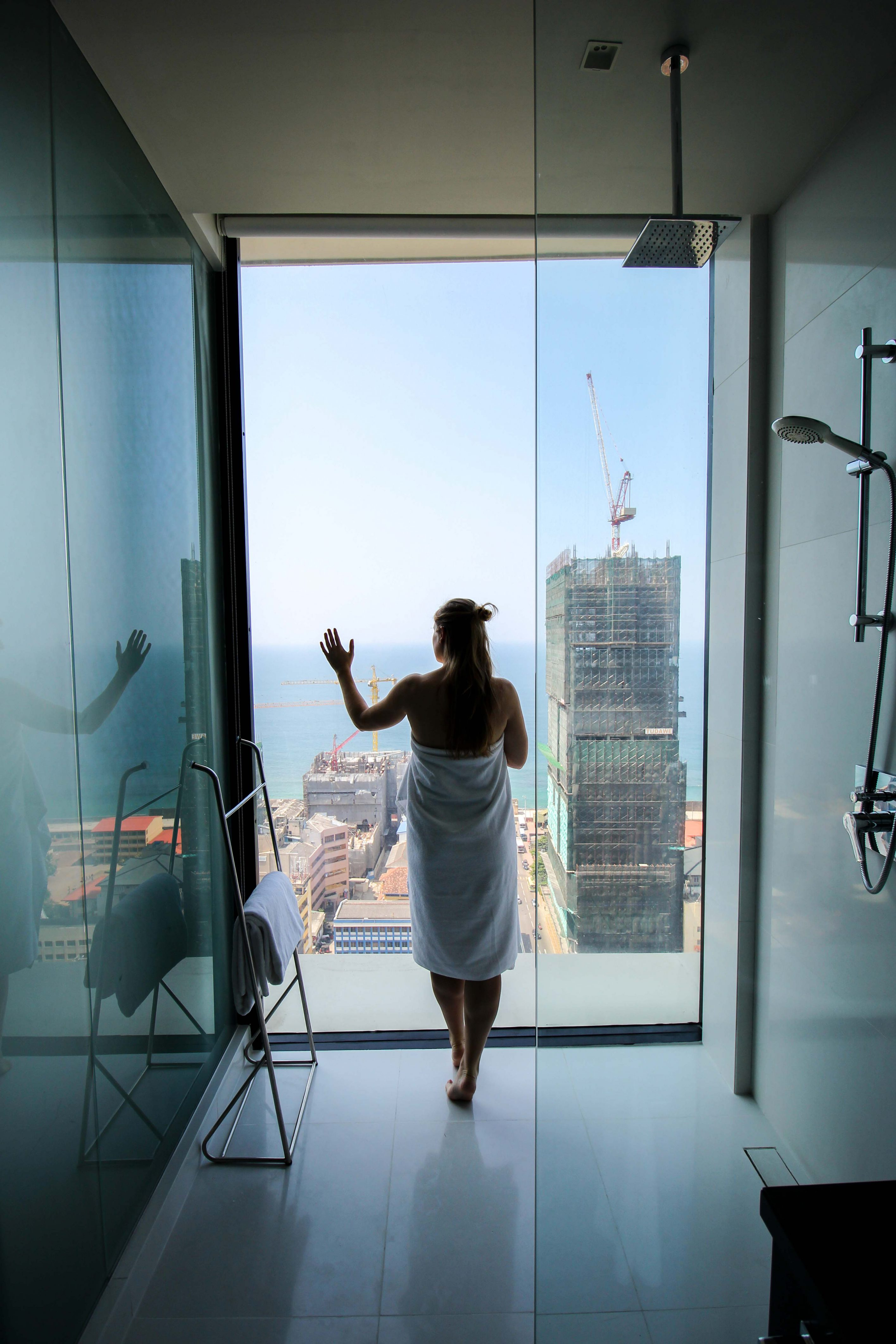 Mövenpick Colombo Hotel Reiseblog Reisebericht Superior Zimmer King-Size Bett Meerblick Badezimmer Skyline Rundreise Sri Lanka 2