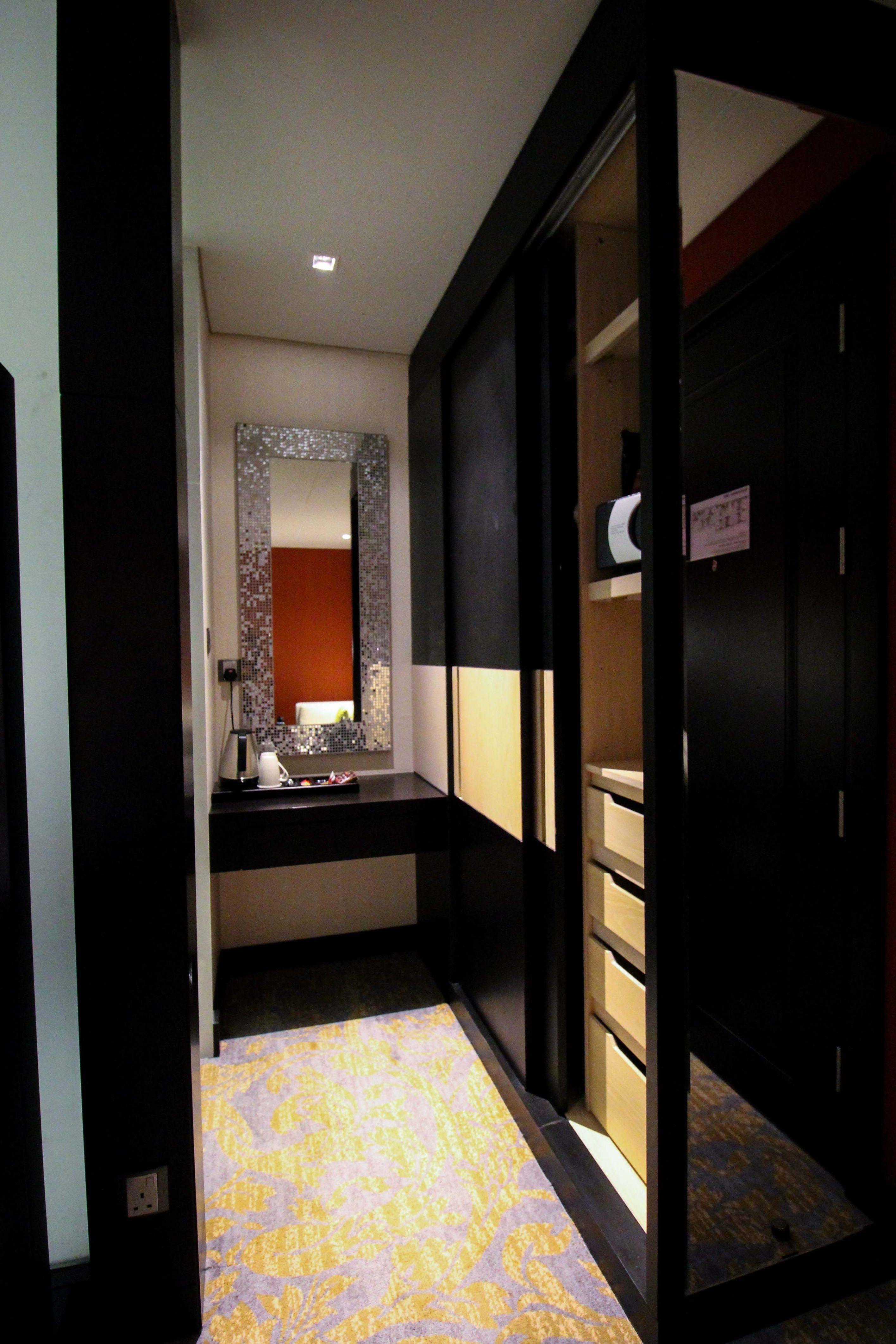 Mövenpick Colombo Hotel Reiseblog Reisebericht Superior Zimmer King-Size Bett Meerblick Rundreise Sri Lanka Ankleideraum