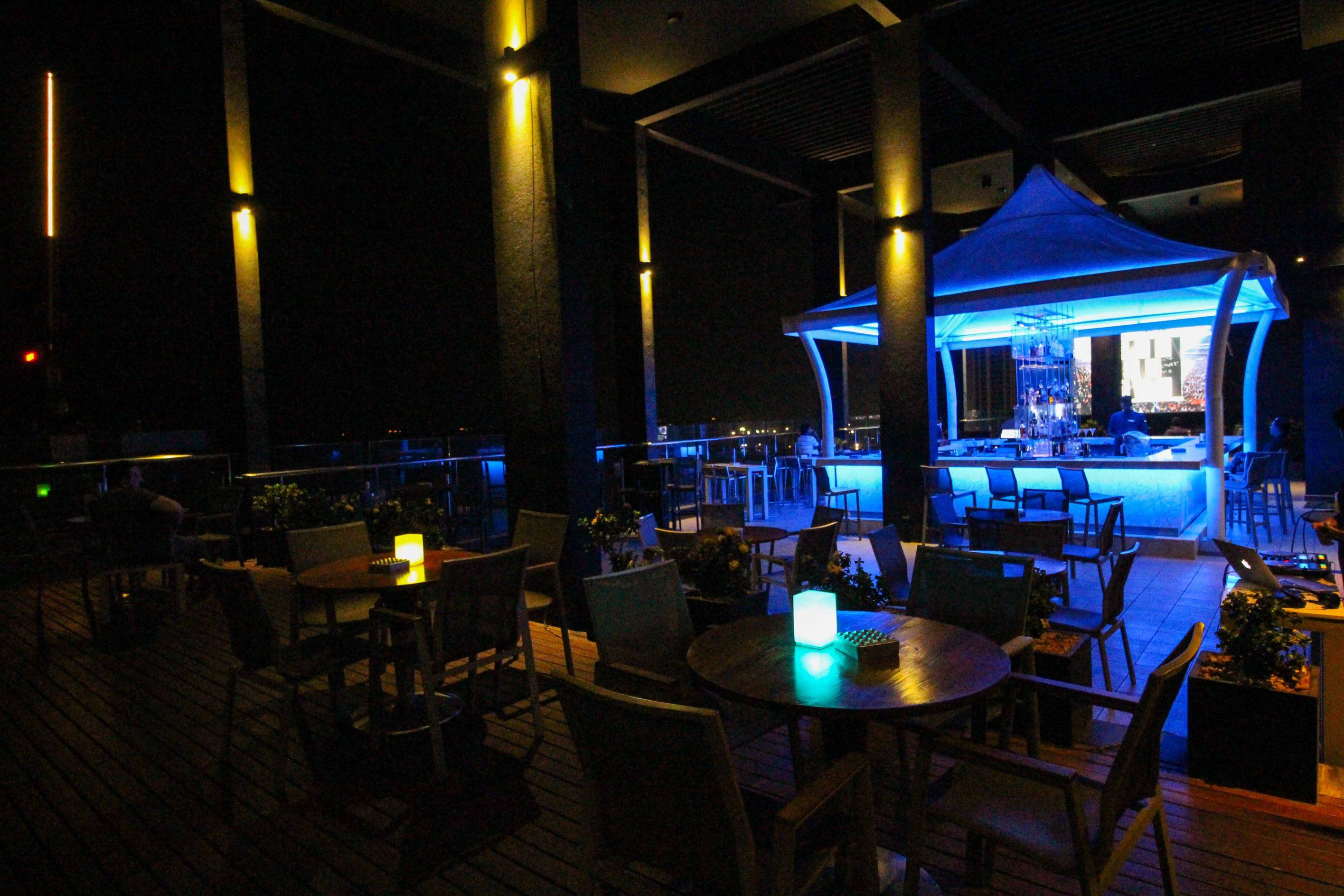 Rooftop Bar Colombo Skyline Mövenpick Colombo Hotel Reiseblog Brinisfashionbook bestes Hotel Sri Lanka 3