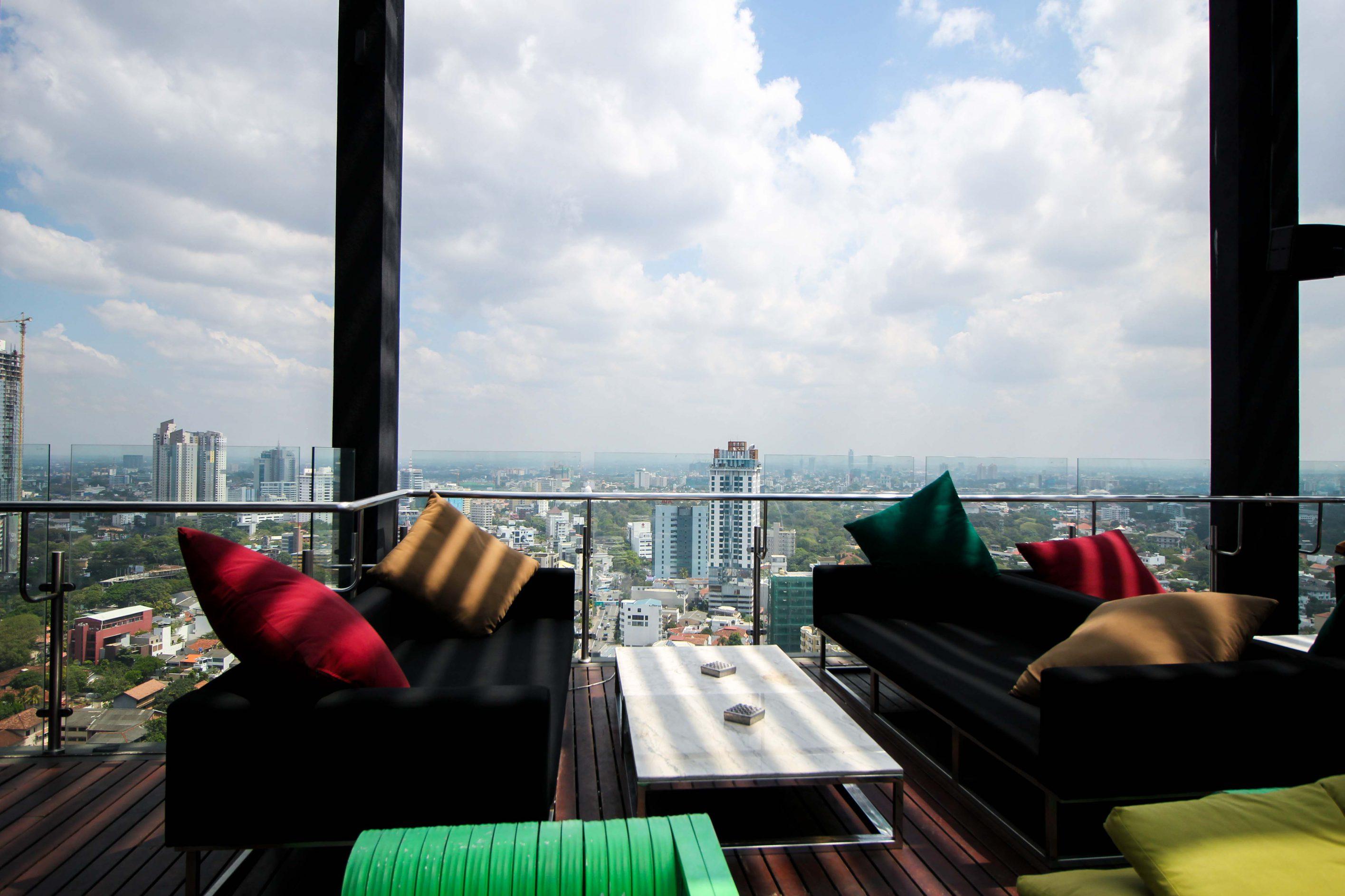 Rooftop Bar Colombo Skyline Mövenpick Colombo Hotel Reiseblog Brinisfashionbook bestes Hotel Sri Lanka 4