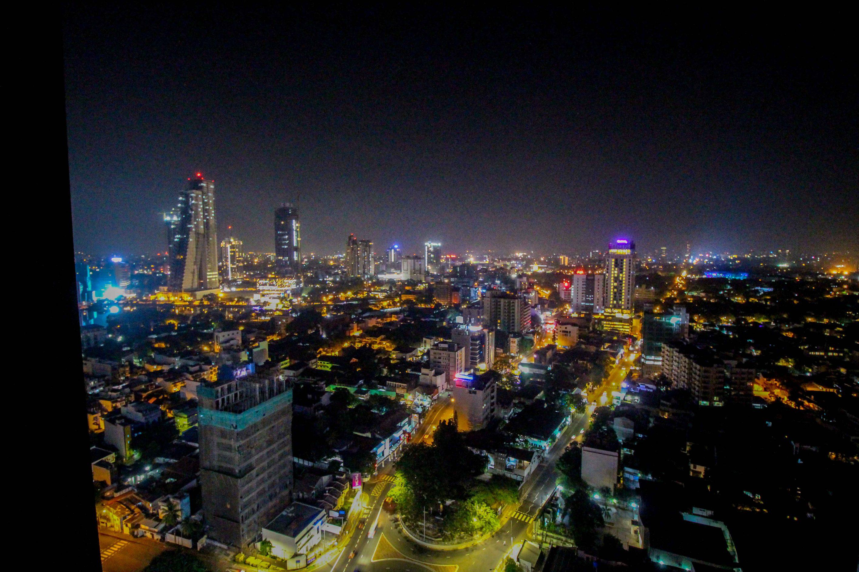 Rooftop Colombo Skyline by night Mövenpick Colombo Hotel Reiseblog Brinisfashionbook bestes Hotel Sri Lanka