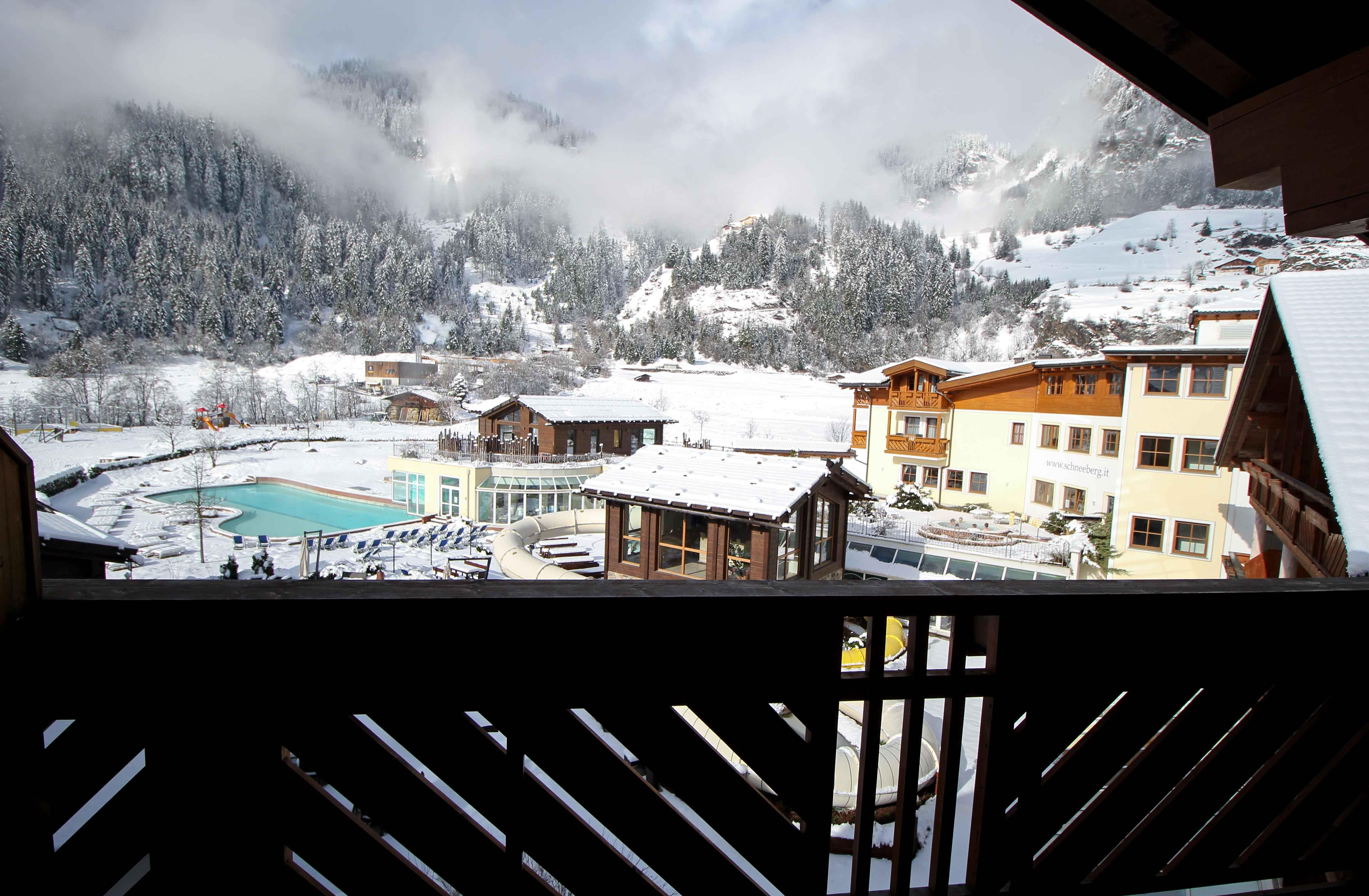 Südtirol Hotel Schneeberg Italien Wellnesshotel Reiseblog Wellnessurlaub Kurzurlaub Hotelempfehlung Skiurlaub Winterurlaub Balkon Berge Pool Winterlandschaft