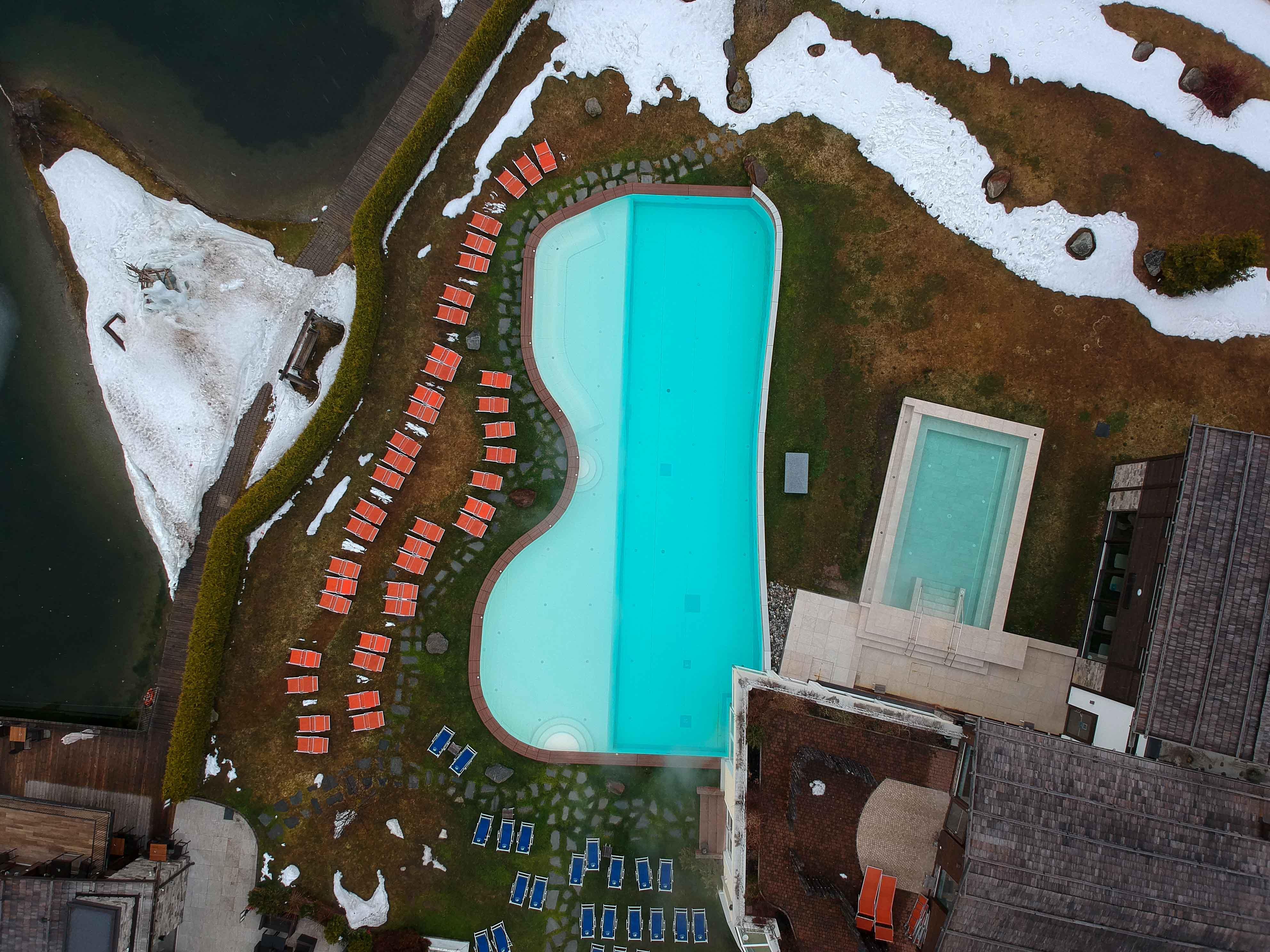 Südtirol-Hotel-Schneeberg-Italien-Wellnesshotel-Reiseblog-Wellnessurlaub-Kurzurlaub-Hotelempfehlung-Skiurlaub-Winterurlaub-Balkon-Berge-Pool-Winterlandschaft-Drone