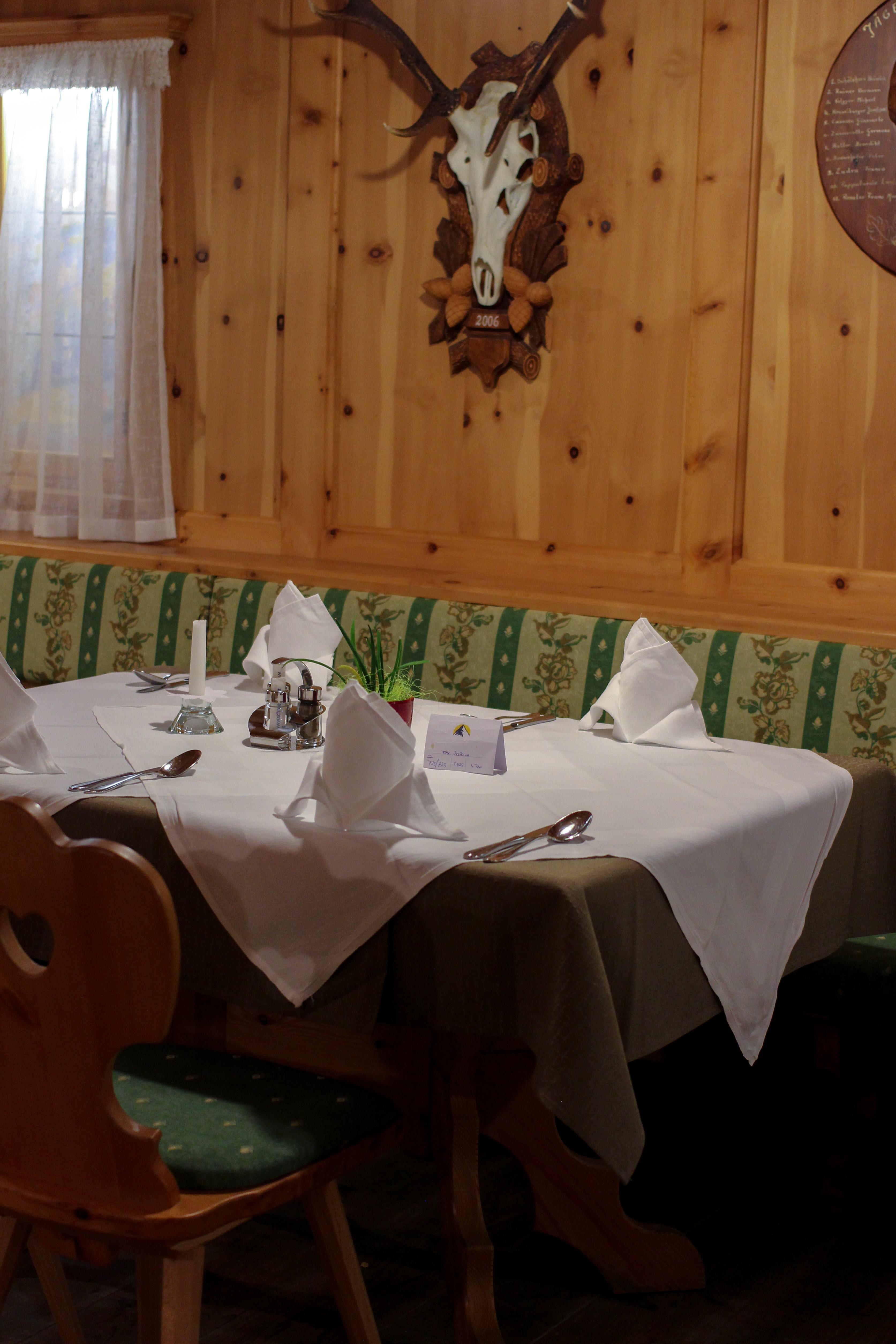 Südtirol Hotel Schneeberg Resort Spa Frühstück rustikal modernes Restaurant Holz Dinner Tisch Italien Wellnesshotel Reiseblog Wellnessurlaub Kurzurlaub Hotelempfehlung Skiurlaub