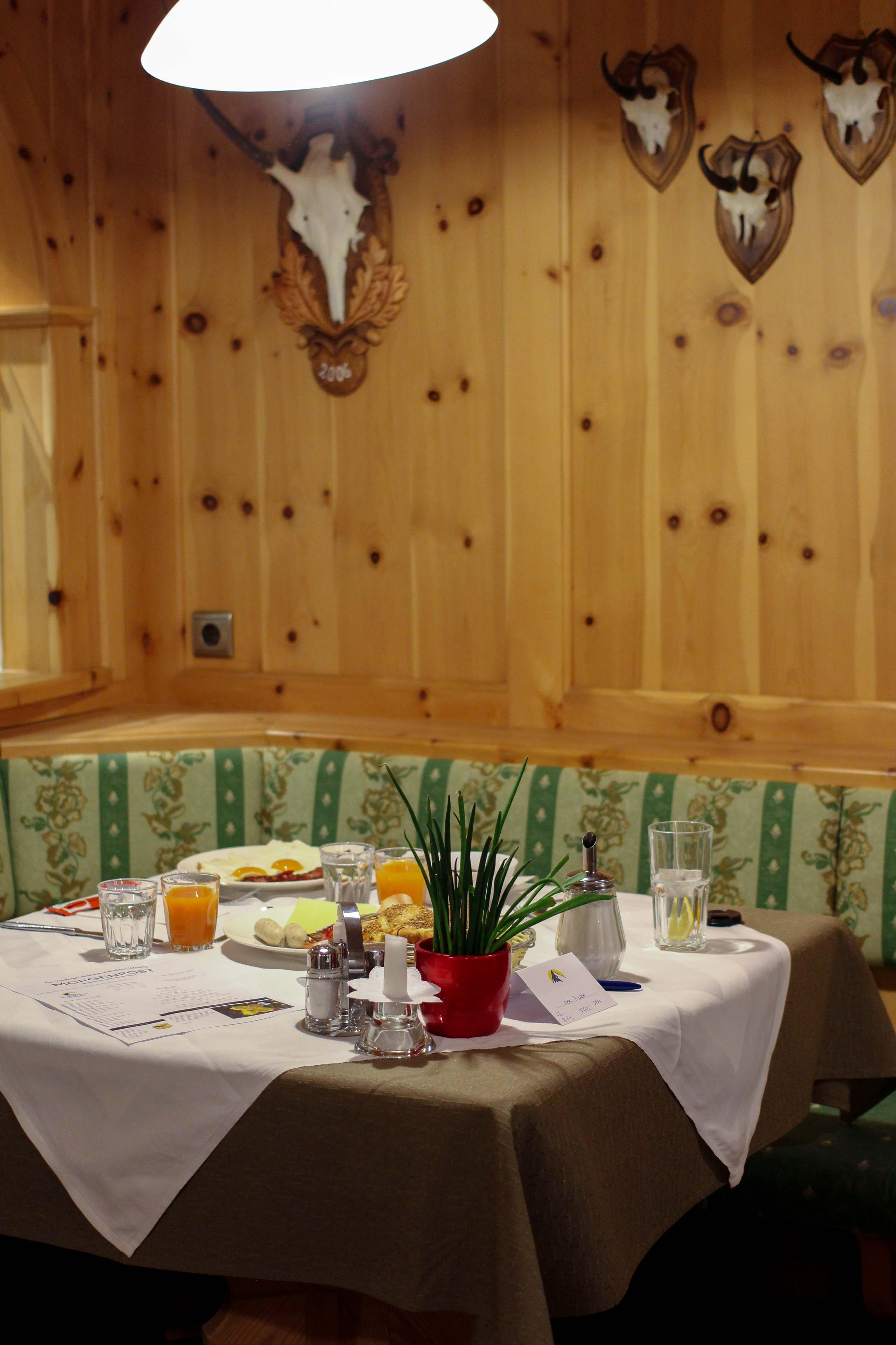 Südtirol Hotel Schneeberg Resort Spa Frühstück rustikal modernes Restaurant Holz Italien Wellnesshotel Reiseblog Wellnessurlaub Kurzurlaub Hotelempfehlung Skiurlaub