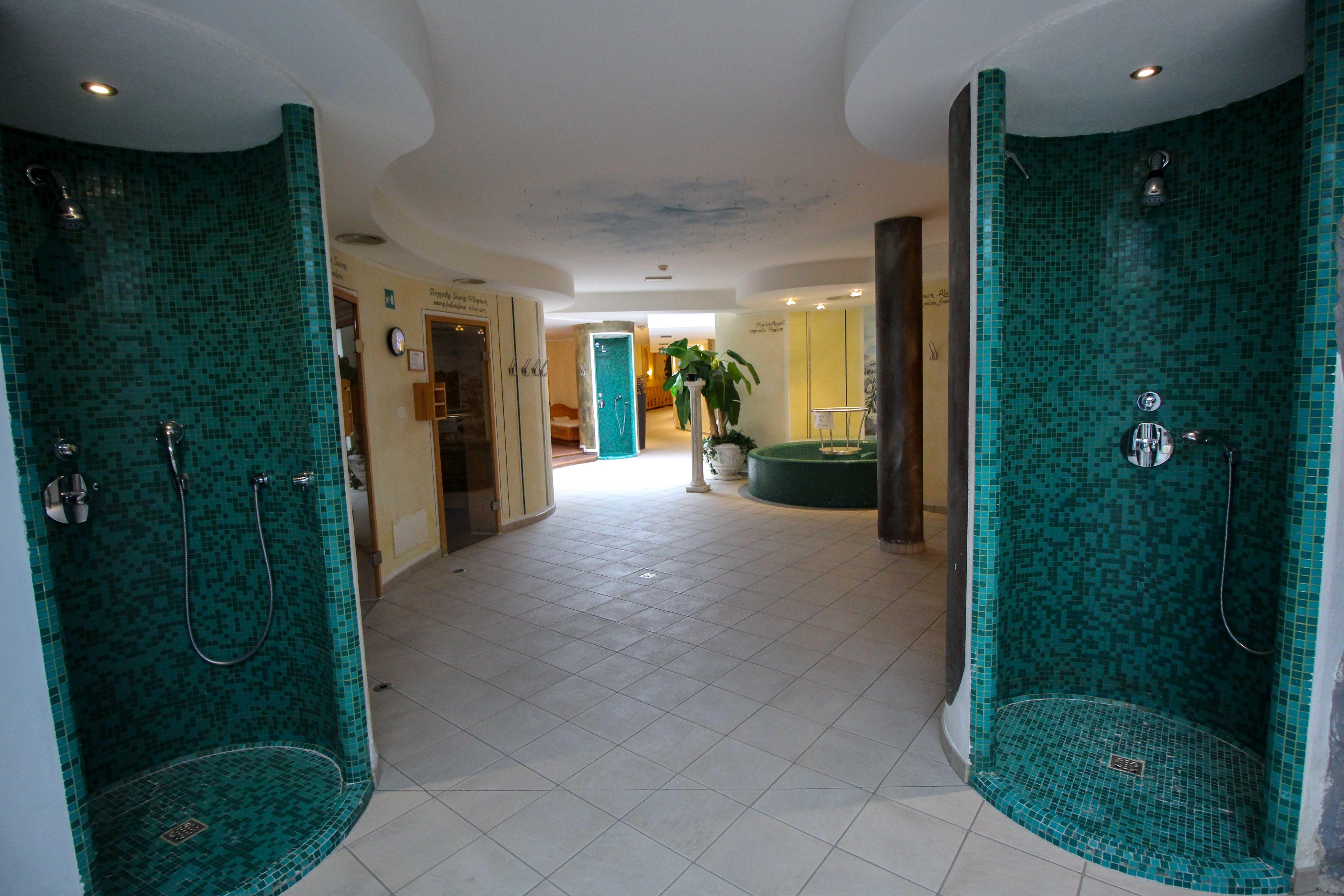 Südtirol Hotel Schneeberg Resort Spa Wellnessbereich Duschen Italien Wellnesshotel Reiseblog Wellnessurlaub Kurzurlaub Hotelempfehlung Skiurlaub