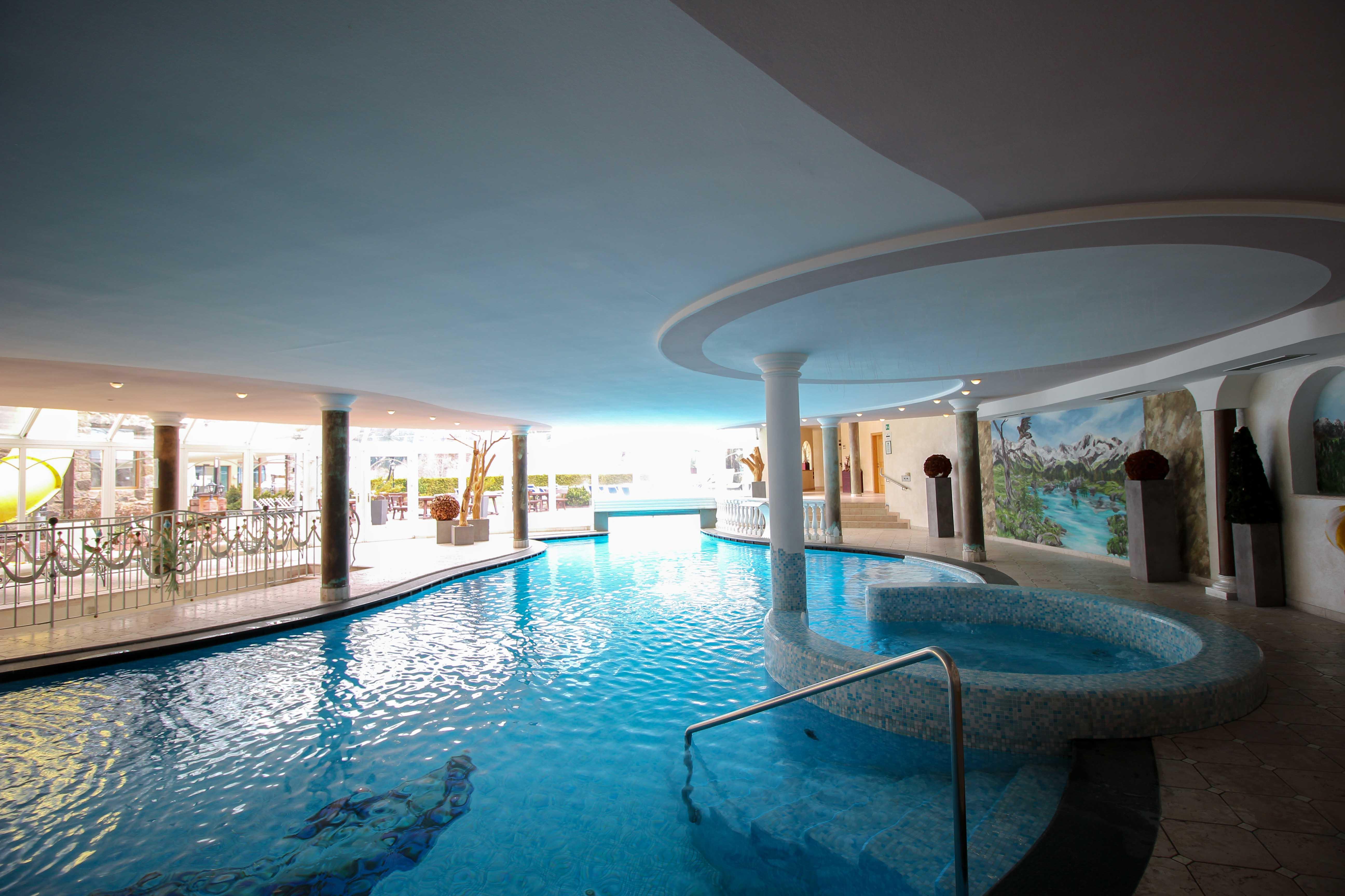 Südtirol Hotel Schneeberg Resort Spa Wellnessbereich Indoor Pool Schwimmbad Italien Wellnesshotel Reiseblog Wellnessurlaub Kurzurlaub Hotelempfehlung Skiurlaub