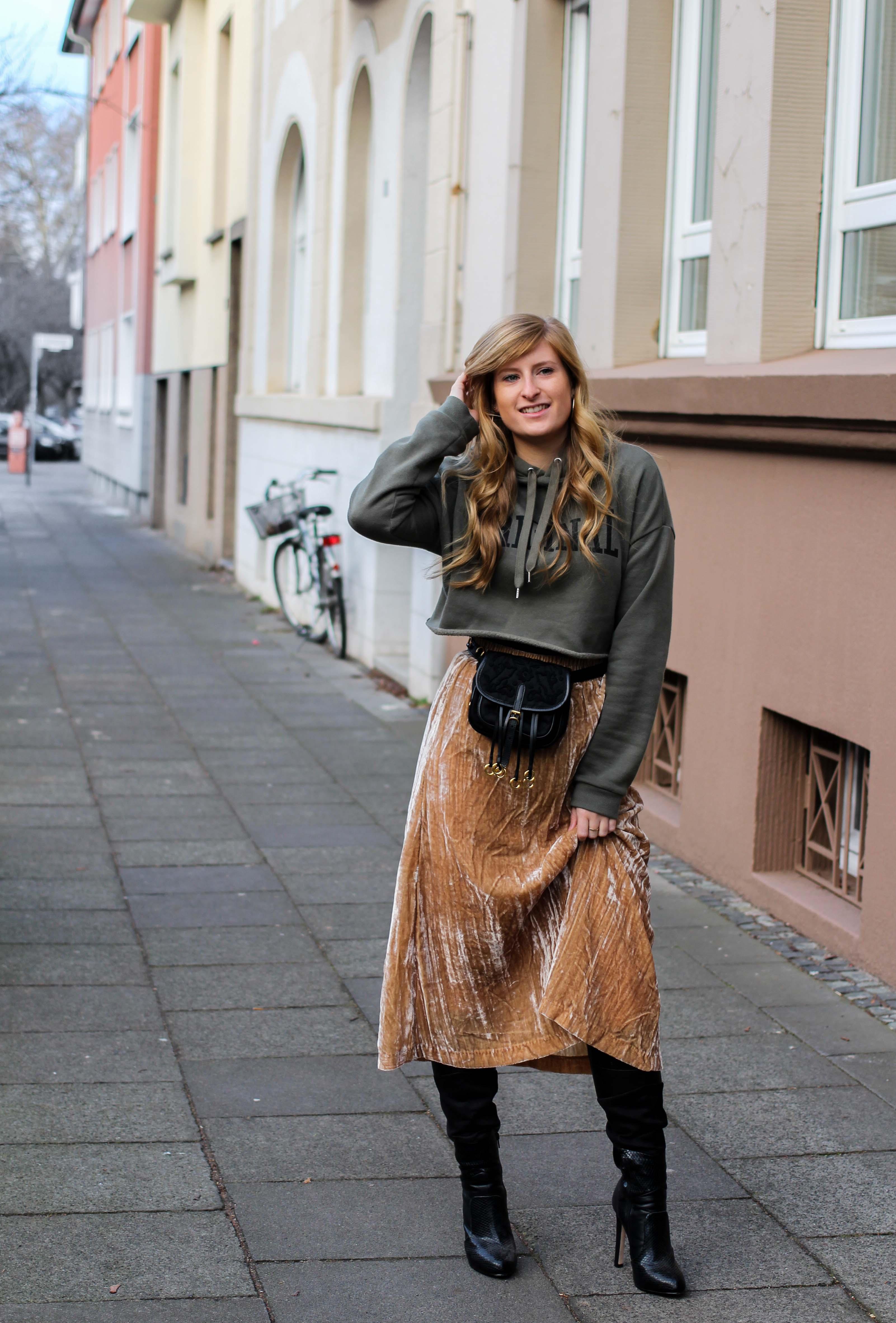Trendtasche 2019 Gürteltasche kombiniern Gürteltasche Prada Streetstyle Outfit Bonn Frühling Look Crop Pullover 1