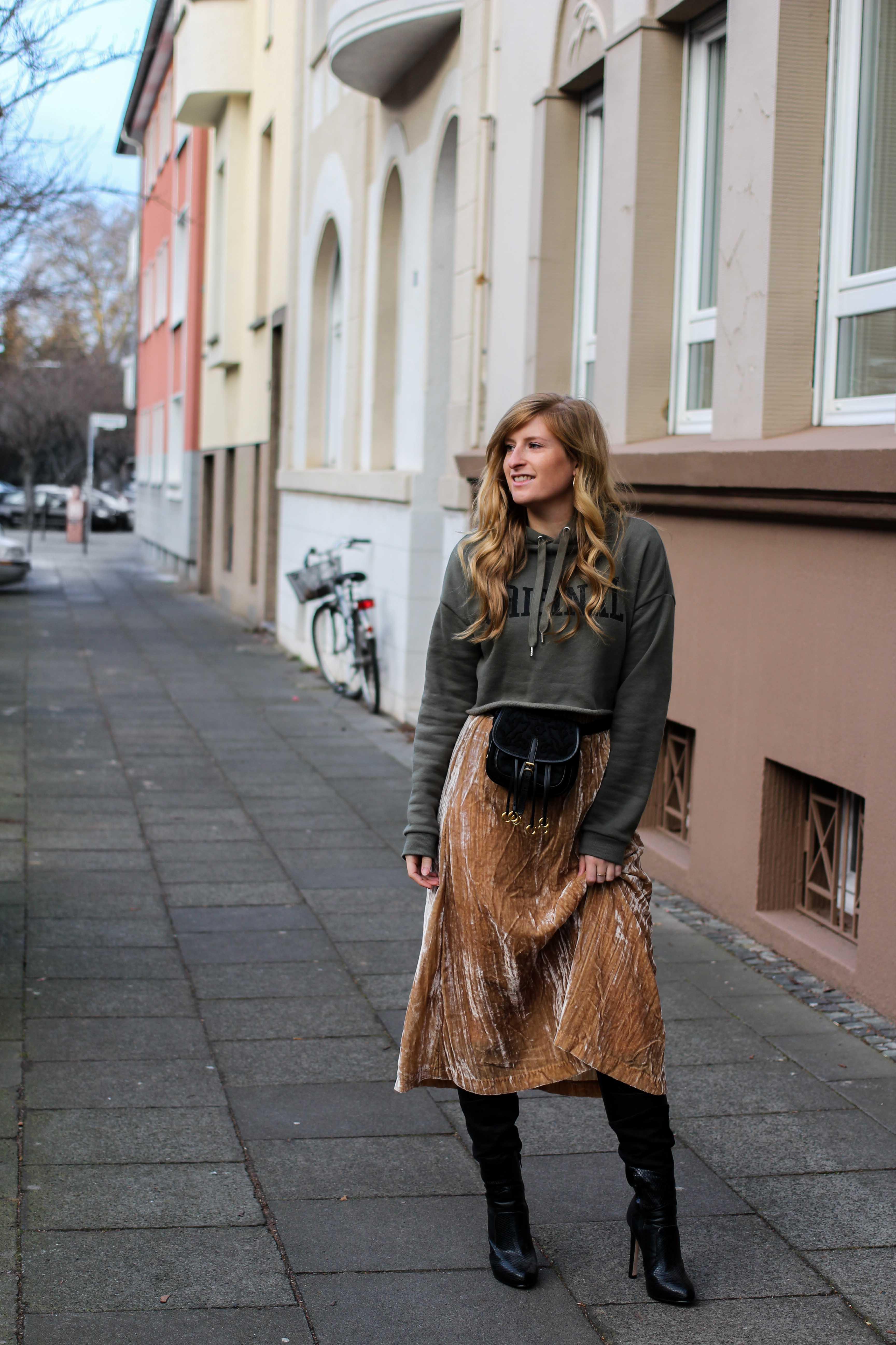 Trendtasche 2019 Gürteltasche kombiniern Gürteltasche Prada Streetstyle Outfit Bonn Frühling Look Crop Pullover 3