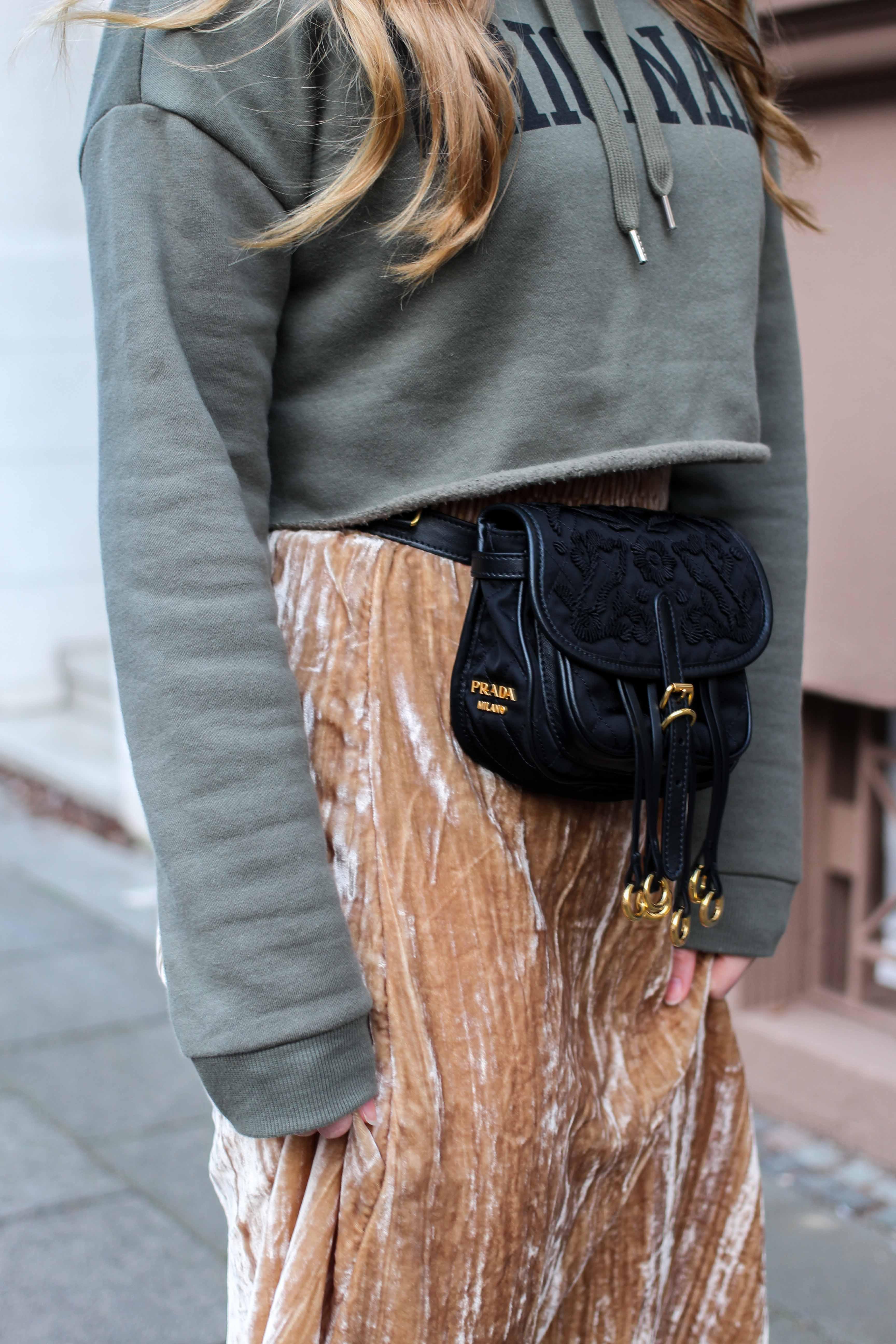 Trendtasche 2019 Gürteltasche kombiniern Gürteltasche Prada Streetstyle Outfit Bonn Frühling Look Crop Pullover 4