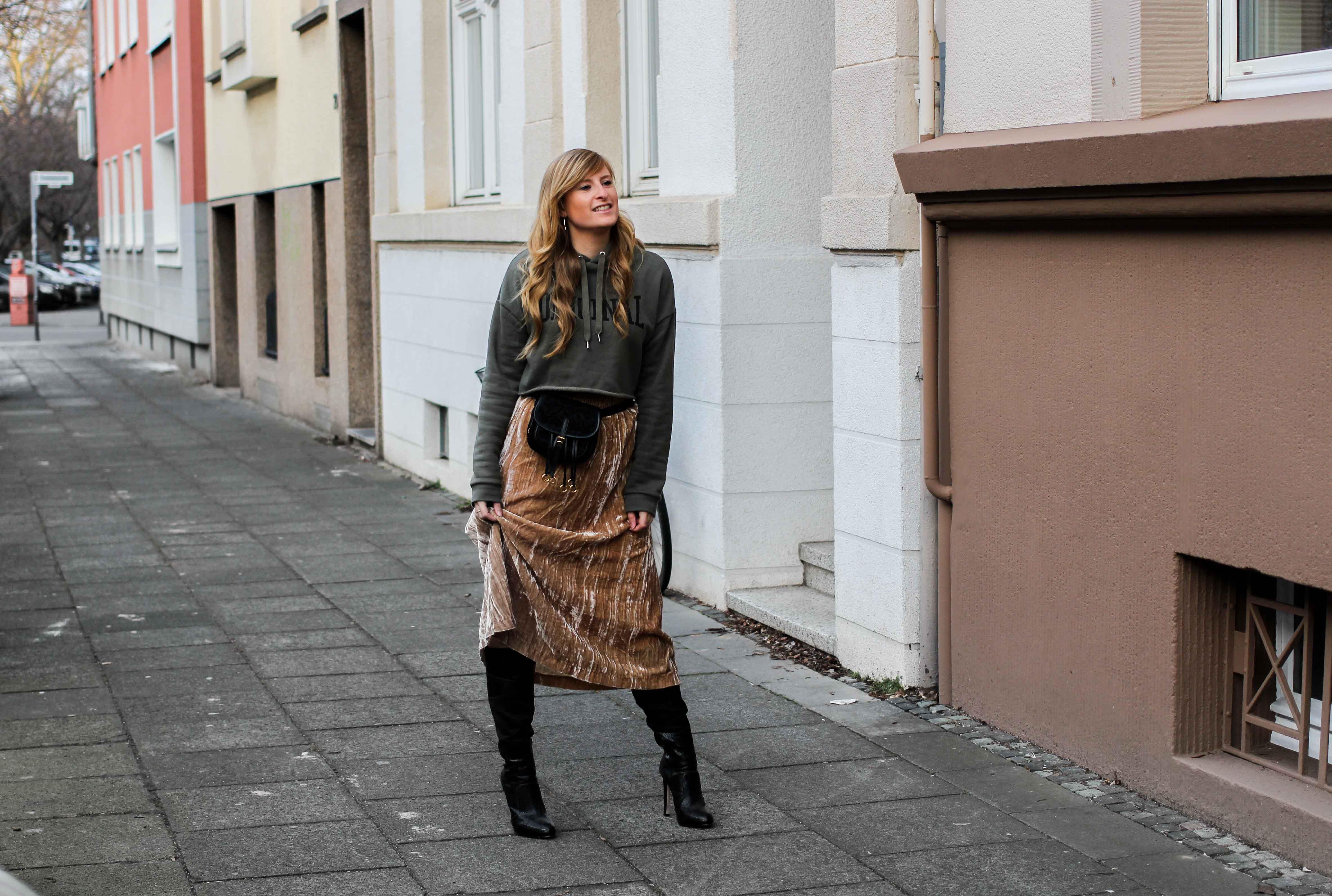 Trendtasche 2019 Gürteltasche kombiniern Gürteltasche Prada Streetstyle Outfit Bonn Frühling Look Crop Pullover 7