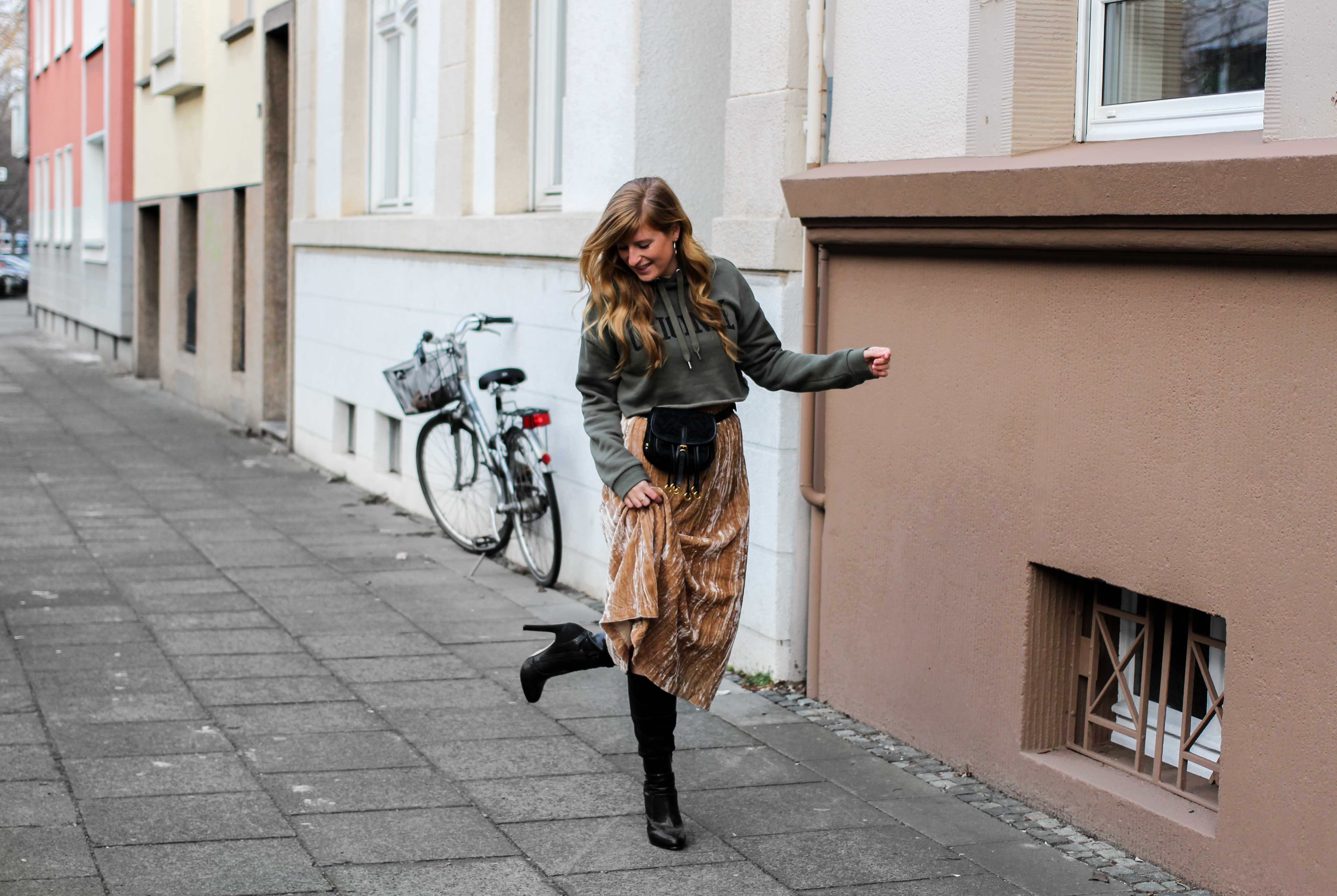 Trendtasche 2019 Gürteltasche kombiniern Gürteltasche Prada Streetstyle Outfit Bonn Frühling Look Crop Pullover 9
