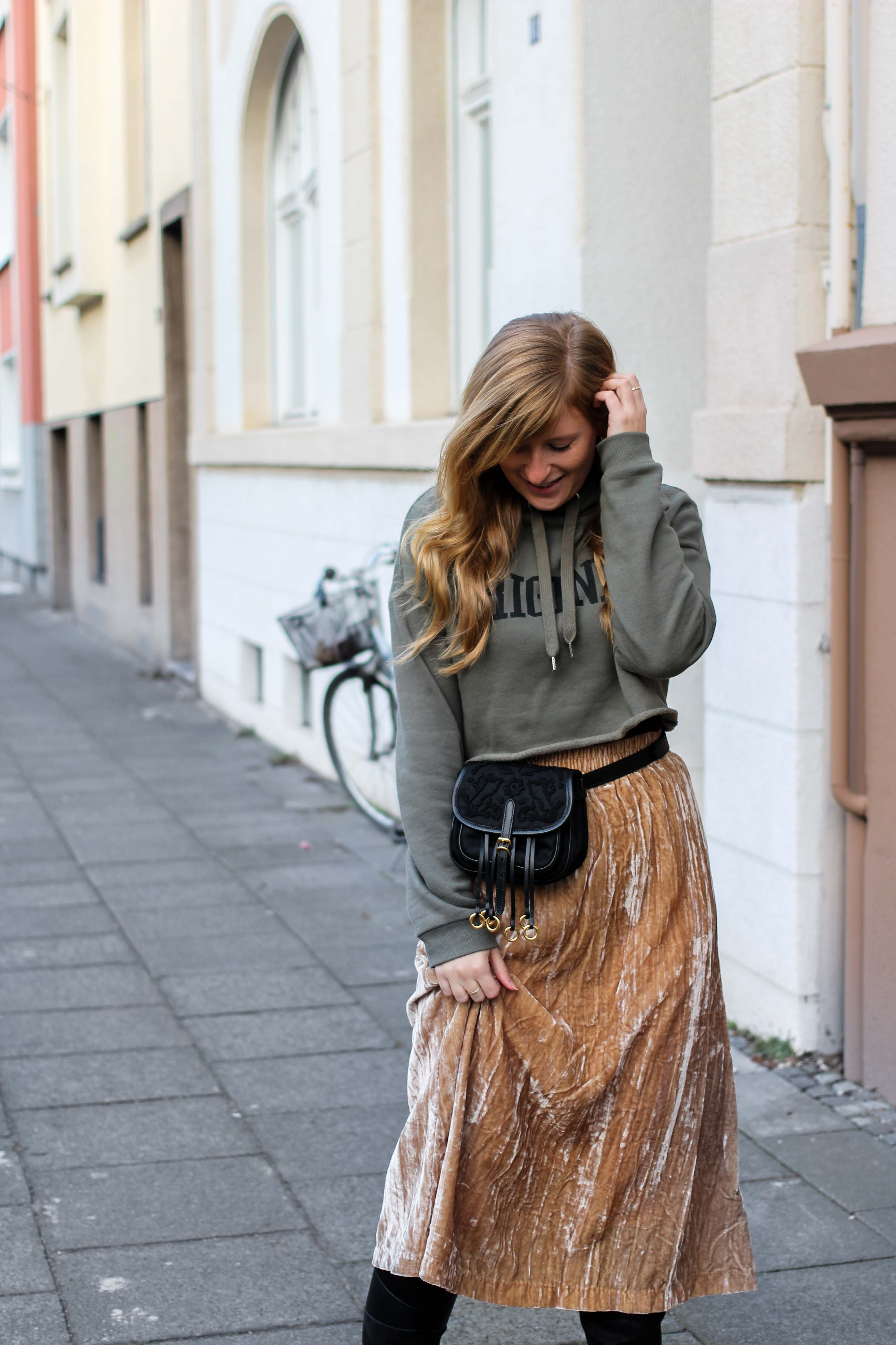 Trendtasche 2019 Gürteltasche kombiniern Gürteltasche Prada Streetstyle Outfit Bonn Frühling Look Crop Pullover 92