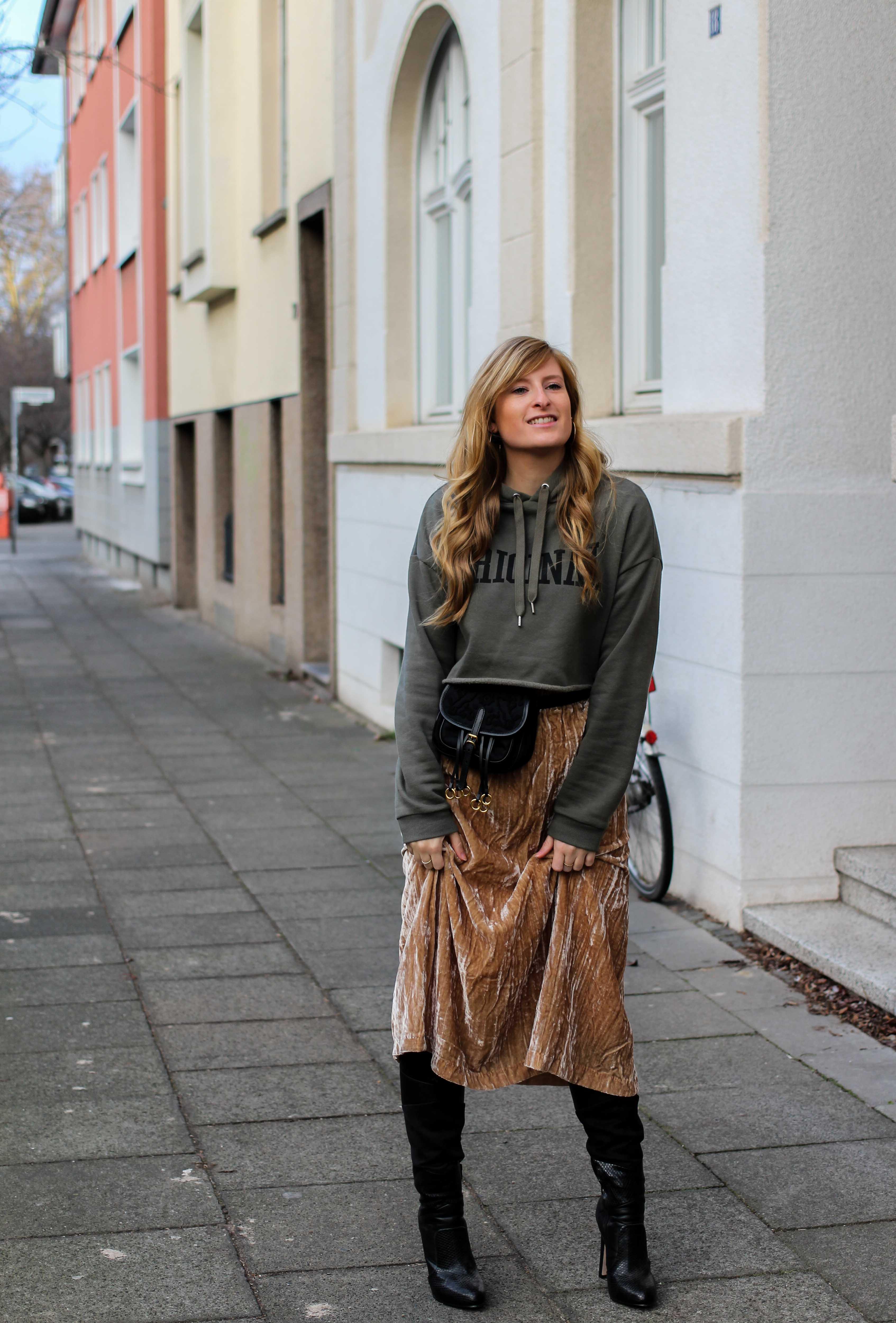 Trendtasche 2019 Gürteltasche kombiniern Gürteltasche Prada Streetstyle Outfit Bonn Frühling Look Crop Pullover 93