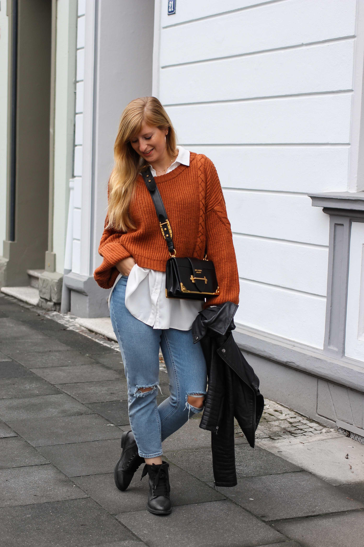 Übergangslook Crop Wollpullover Layering Bluse kombinieren zerrissene Jeans Modeblog Outfit Streetstyle Köln 1