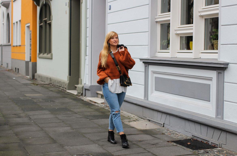 Übergangslook Crop Wollpullover Layering Bluse kombinieren zerrissene Jeans Modeblog Outfit Streetstyle Köln