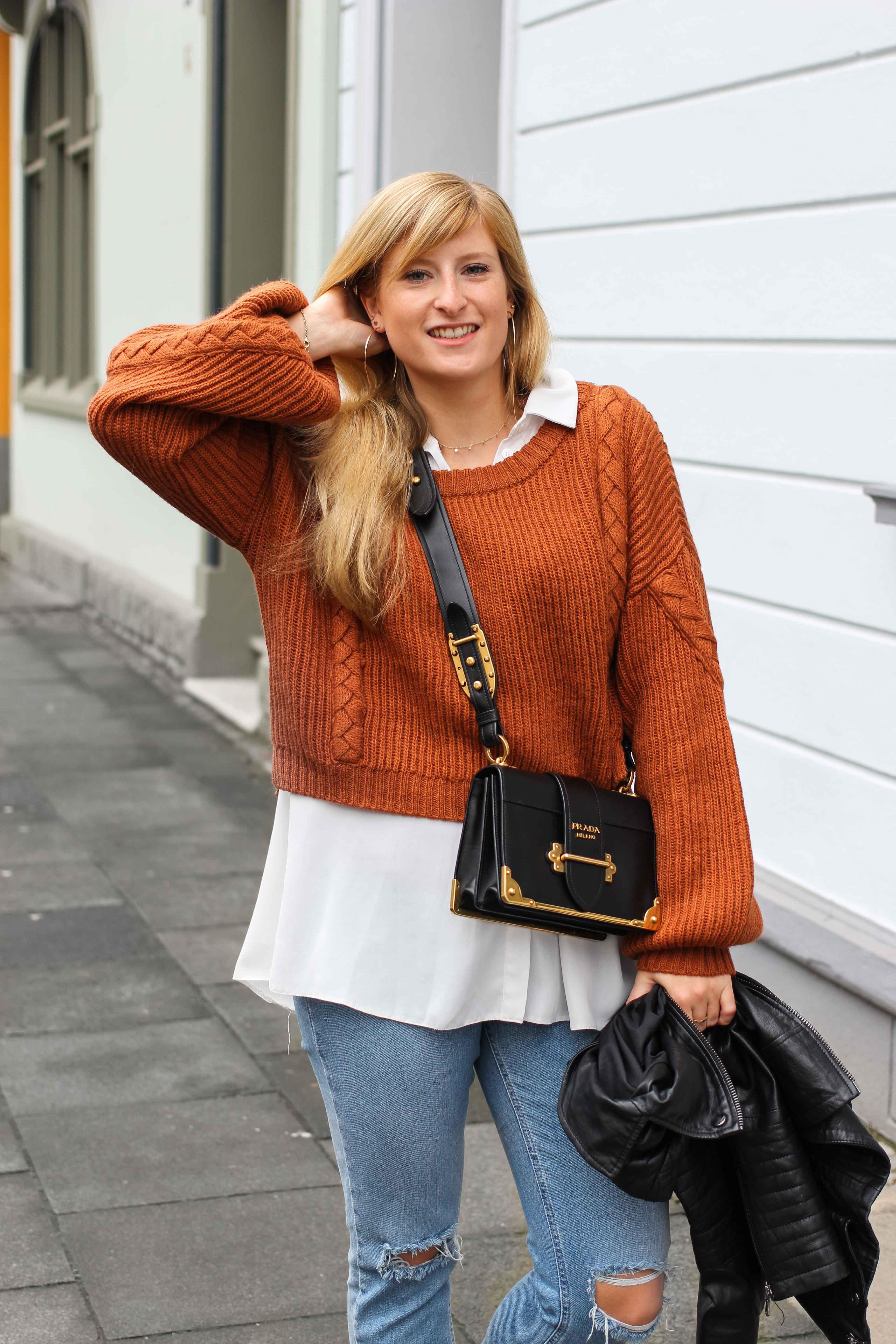 Übergangslook Crop Wollpullover Layering Bluse kombinieren zerrissene Jeans Modeblog Outfit Streetstyle Köln 2
