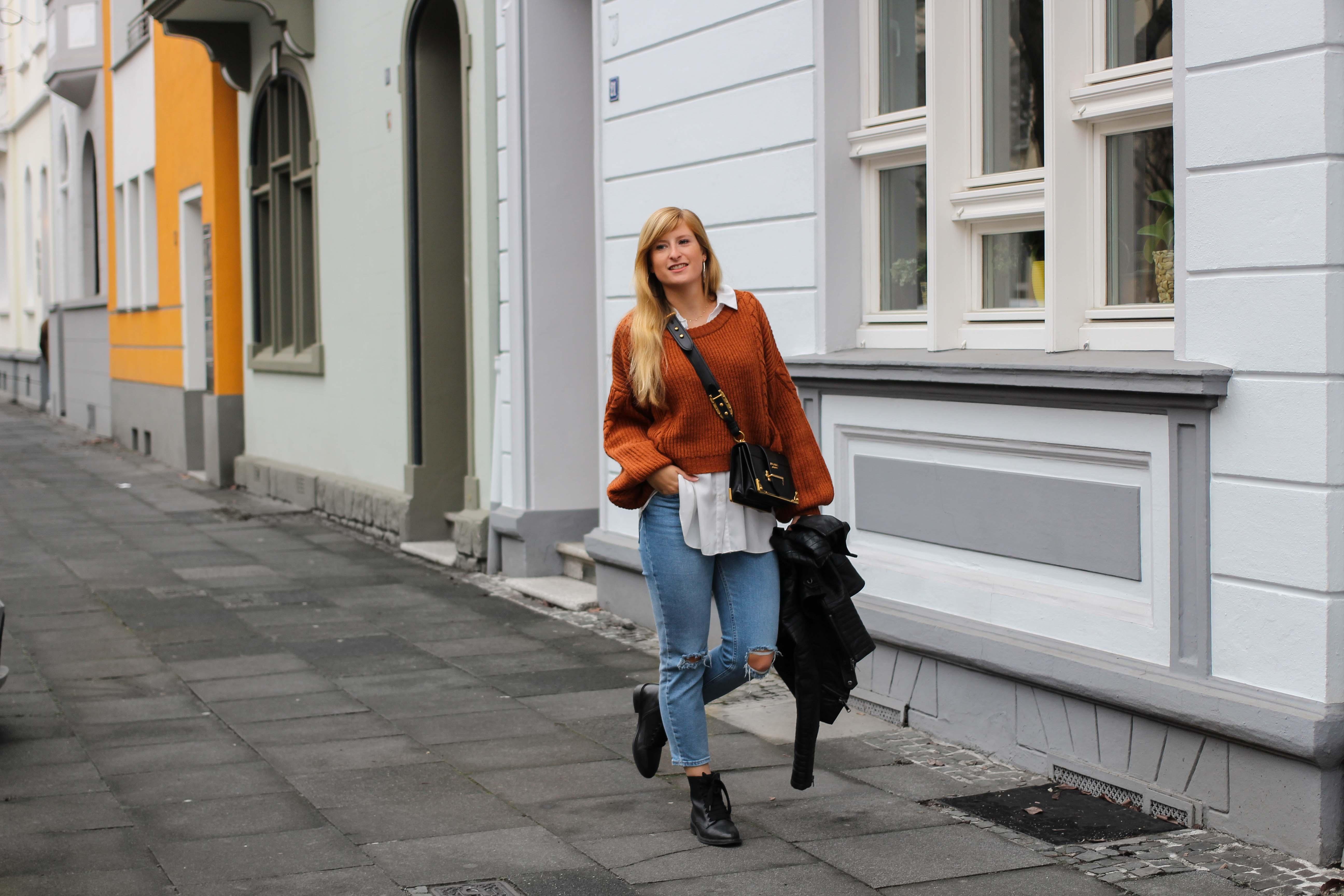 Übergangslook Crop Wollpullover Layering Bluse kombinieren zerrissene Jeans Modeblog Outfit Streetstyle Köln 3