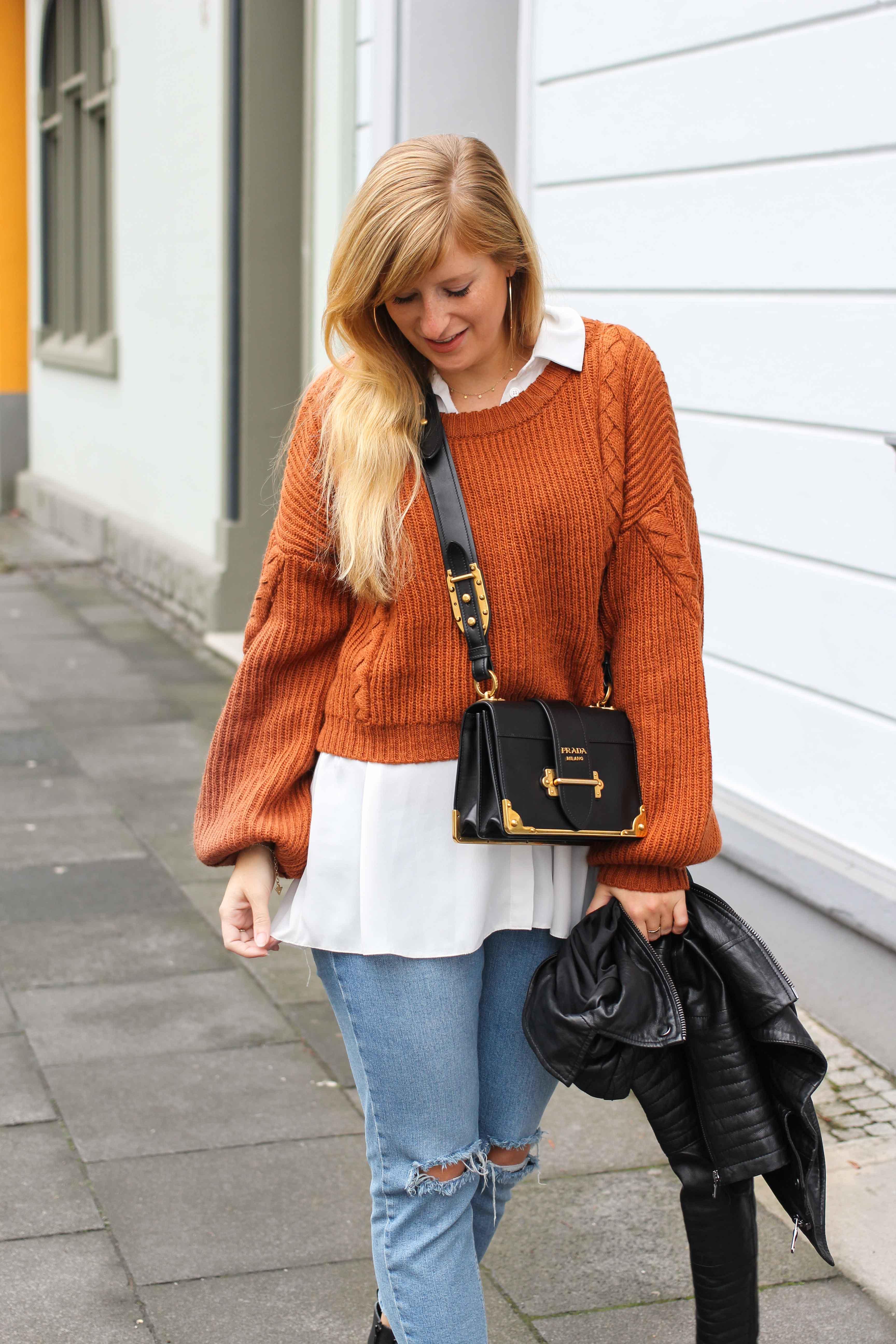 Übergangslook Crop Wollpullover Layering Bluse kombinieren zerrissene Jeans Modeblog Outfit Streetstyle Köln 4