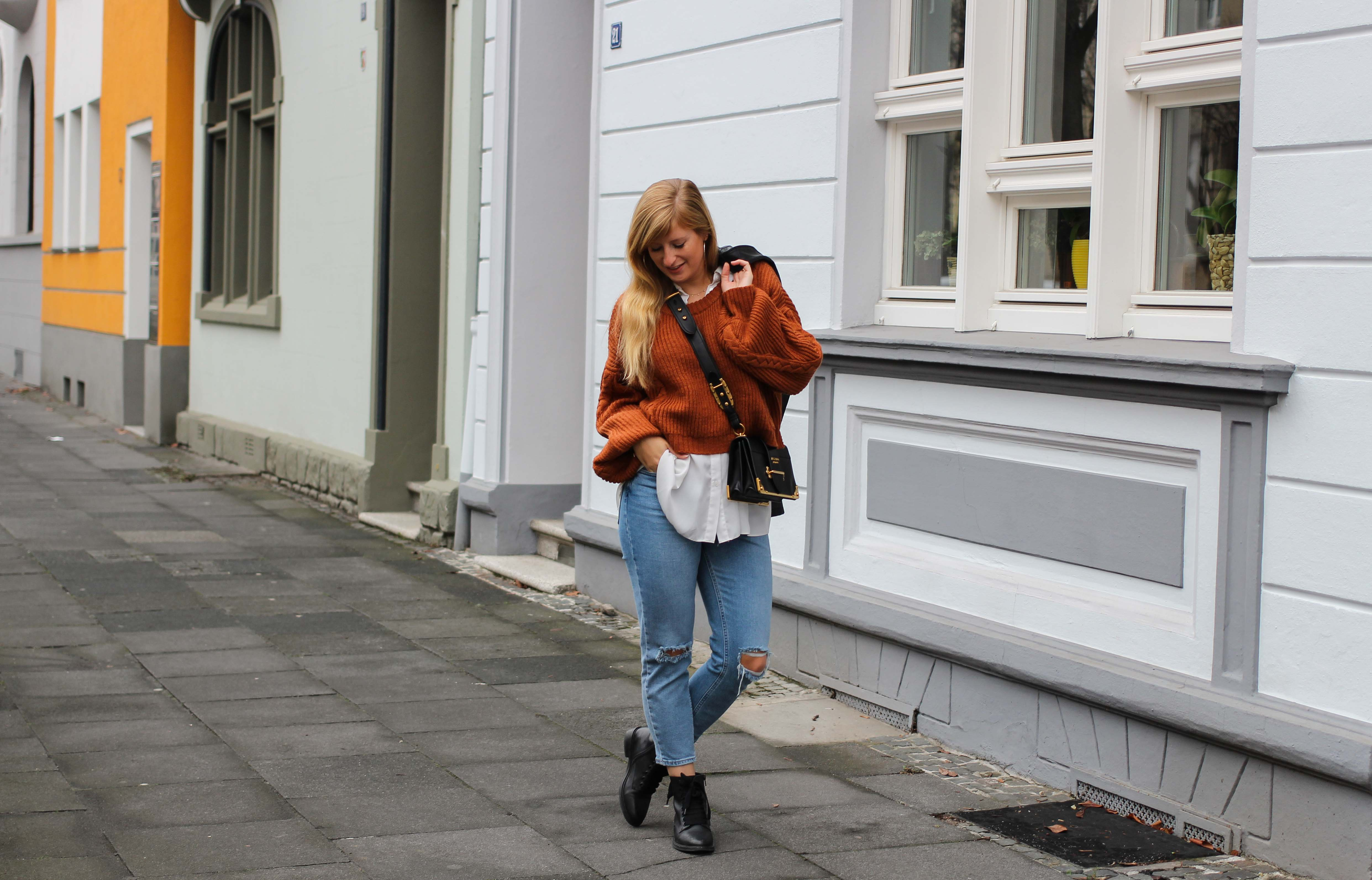 Übergangslook Crop Wollpullover Layering Bluse kombinieren zerrissene Jeans Modeblog Outfit Streetstyle Köln 7