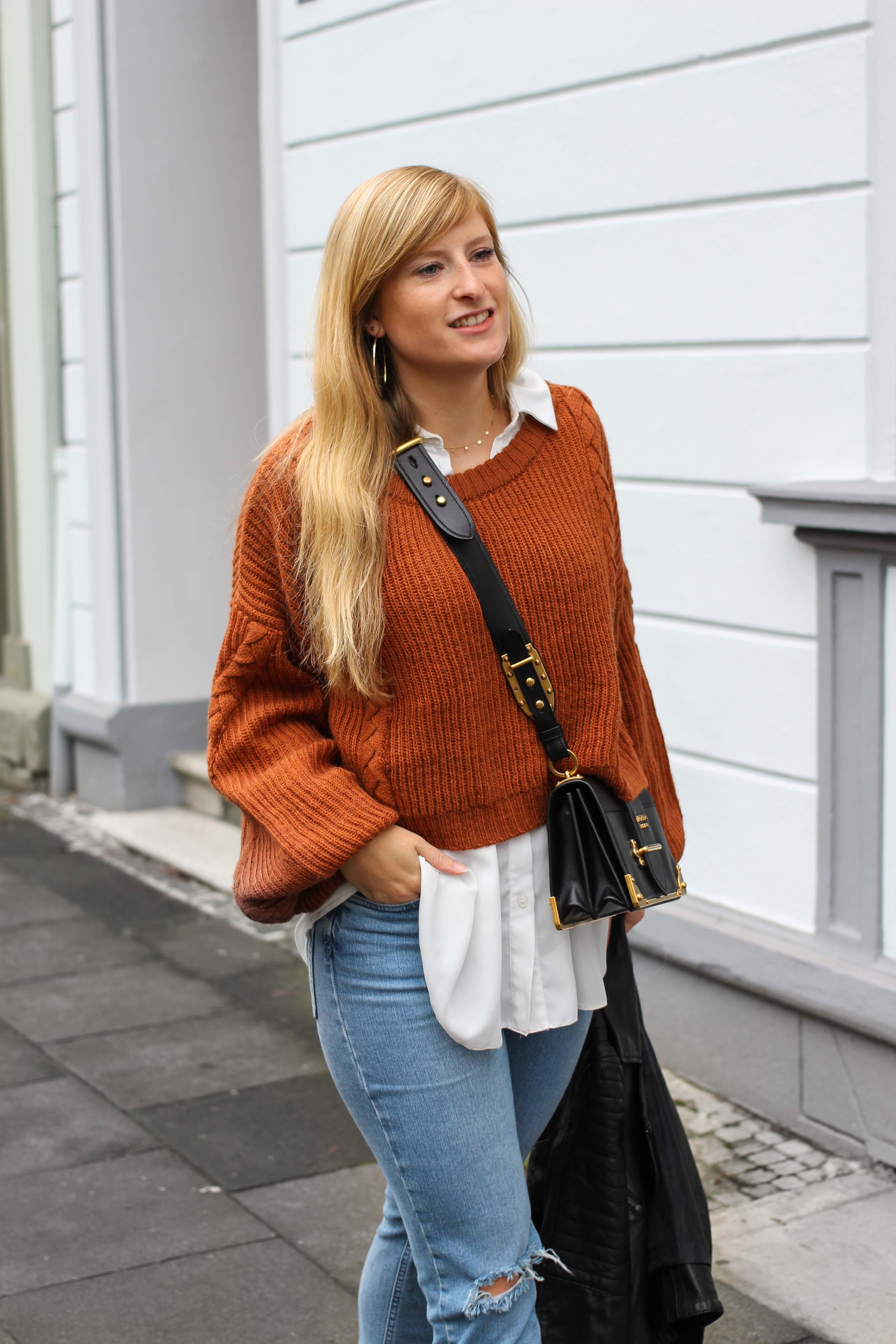 Übergangslook Crop Wollpullover Layering Bluse kombinieren zerrissene Jeans Modeblog Outfit Streetstyle Köln 8