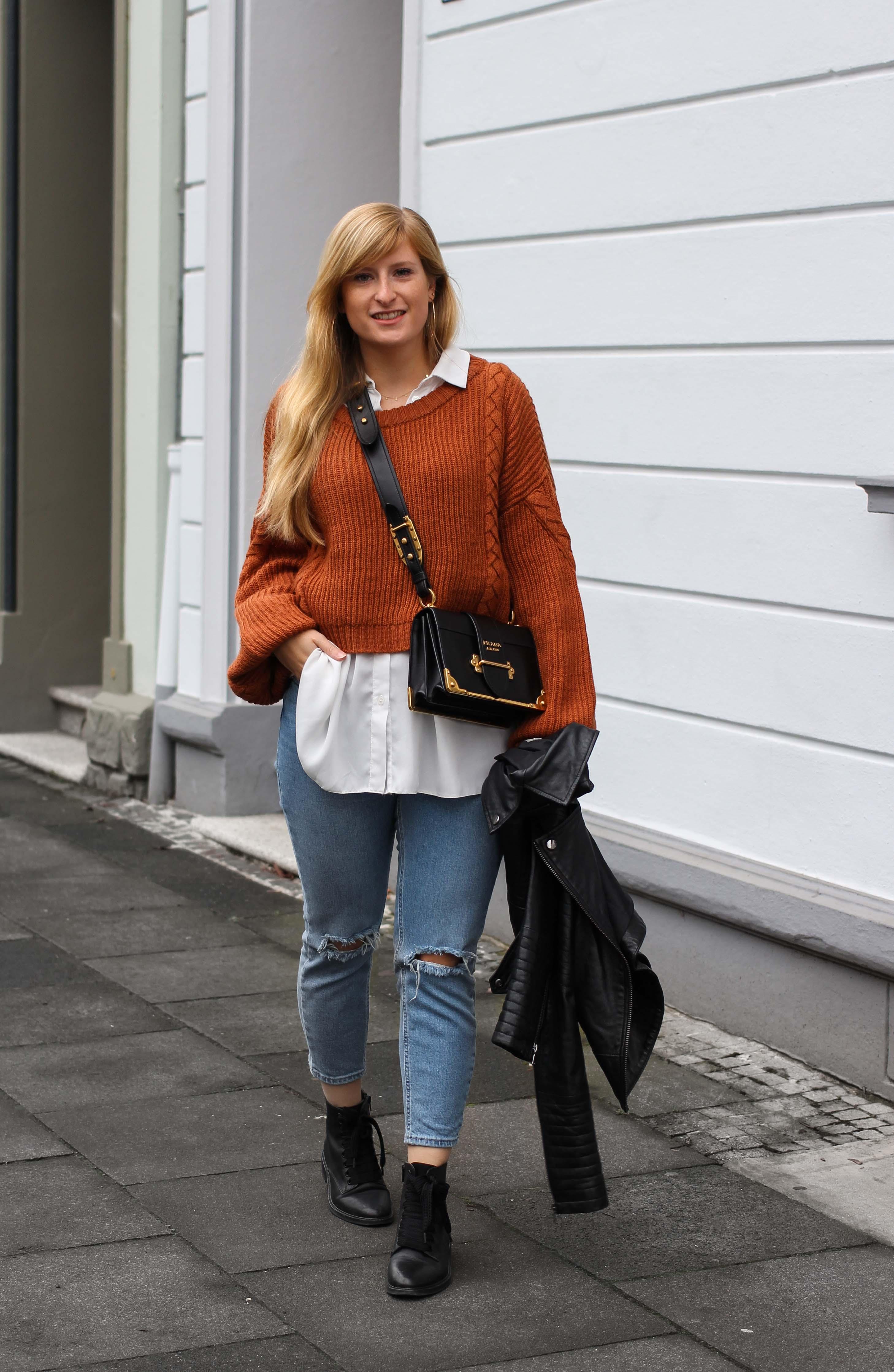 Übergangslook Crop Wollpullover Layering Bluse kombinieren zerrissene Jeans Modeblog Outfit Streetstyle Köln Prada Handtasche 92