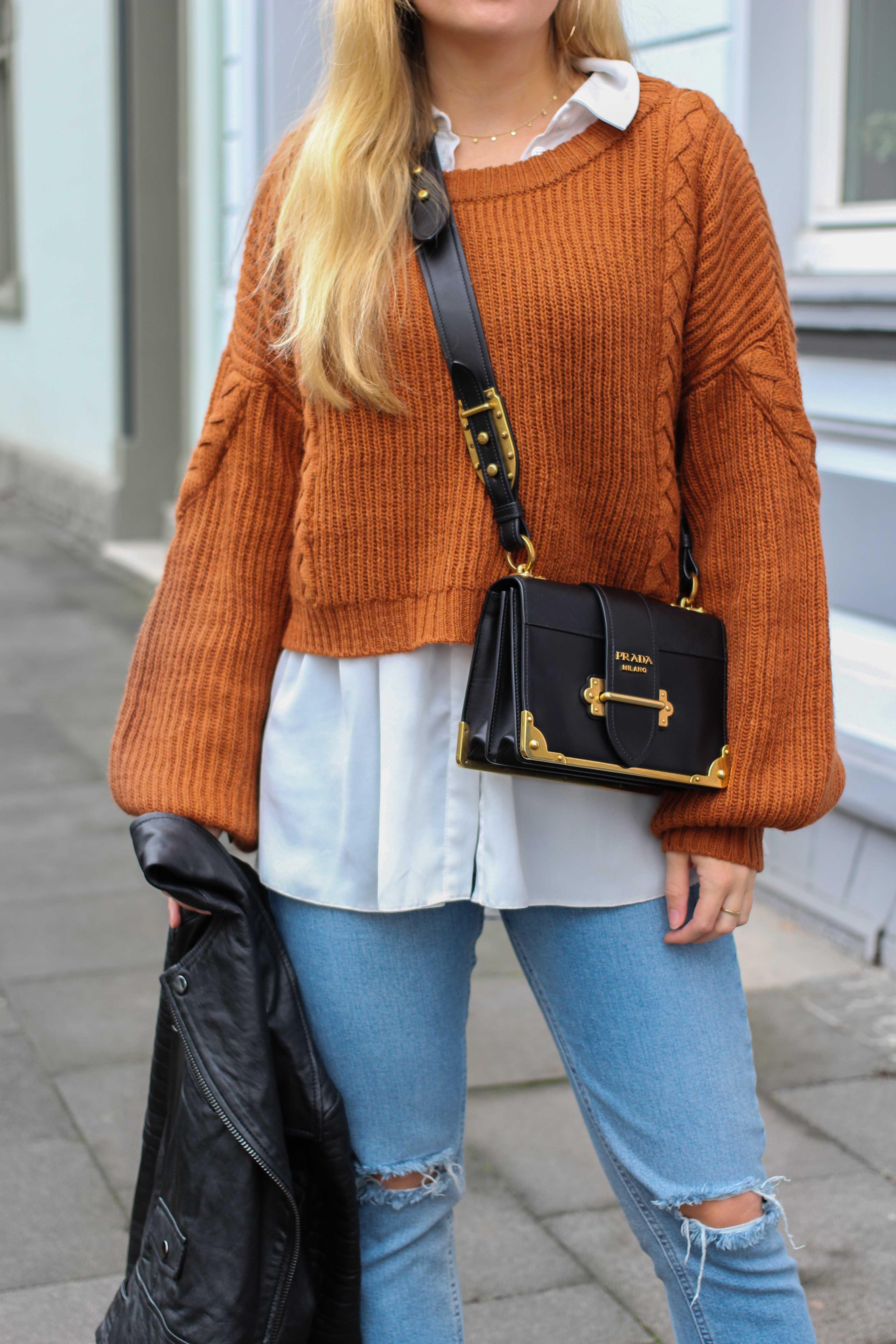 Übergangslook Layering Bluse kombinieren zerrissene Jeans Modeblog Outfit Streetstyle Köln Prada Cahier Bag Prada Tasche Outfit 5