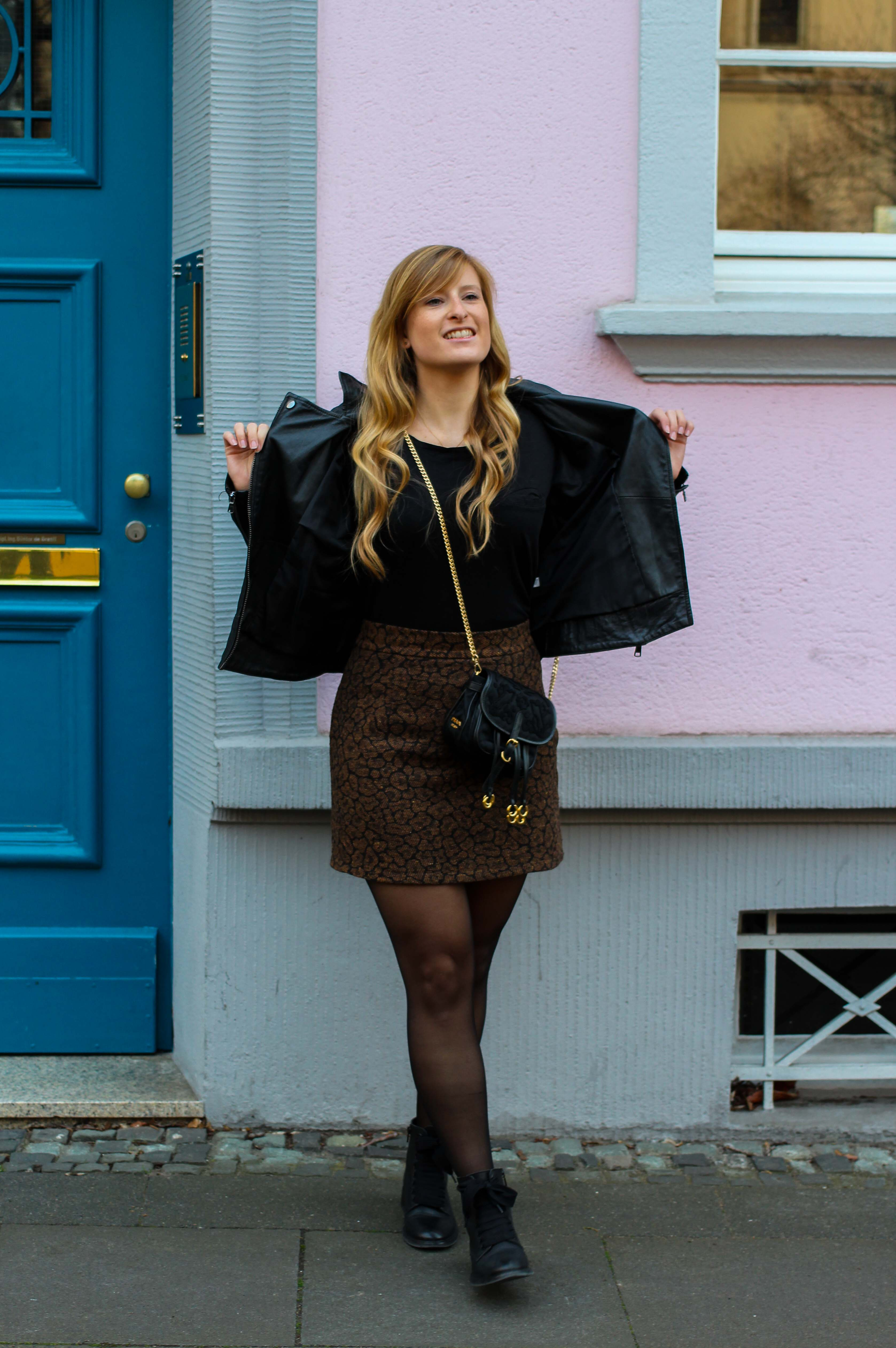 Leo Rock kombinieren Alltag Lederjacke Streetstyle Modeblog Prada Handtasche Stoff Edited Boots Frühling Strumpfhose 1