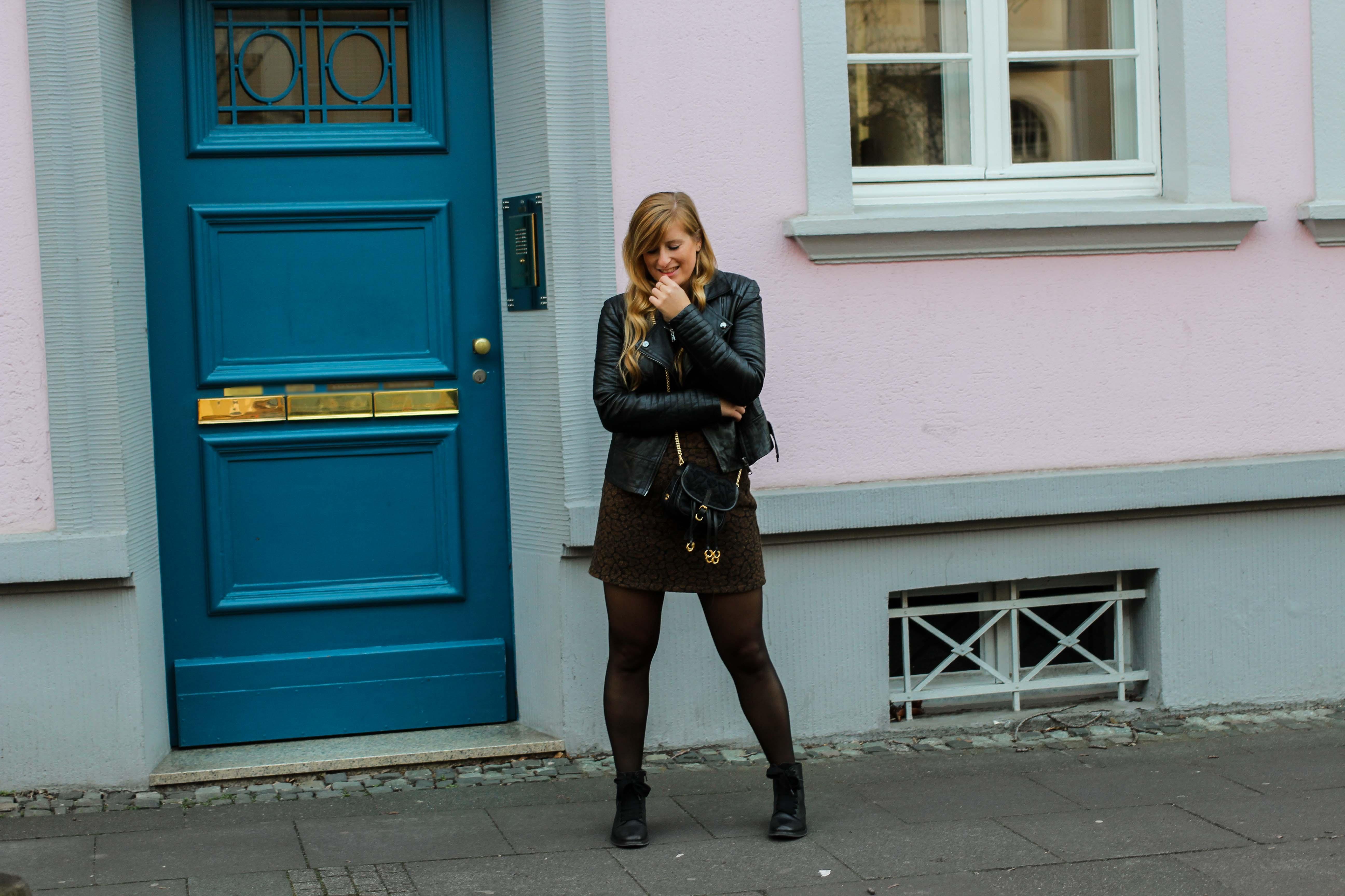 Leo Rock kombinieren Alltag Lederjacke Streetstyle Modeblog Prada Handtasche Stoff Edited Boots Frühling Strumpfhose 3