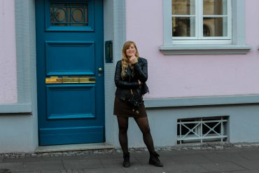 Leo Rock kombinieren Alltag Lederjacke Streetstyle Modeblog Prada Handtasche Stoff Edited Boots Frühling Strumpfhose
