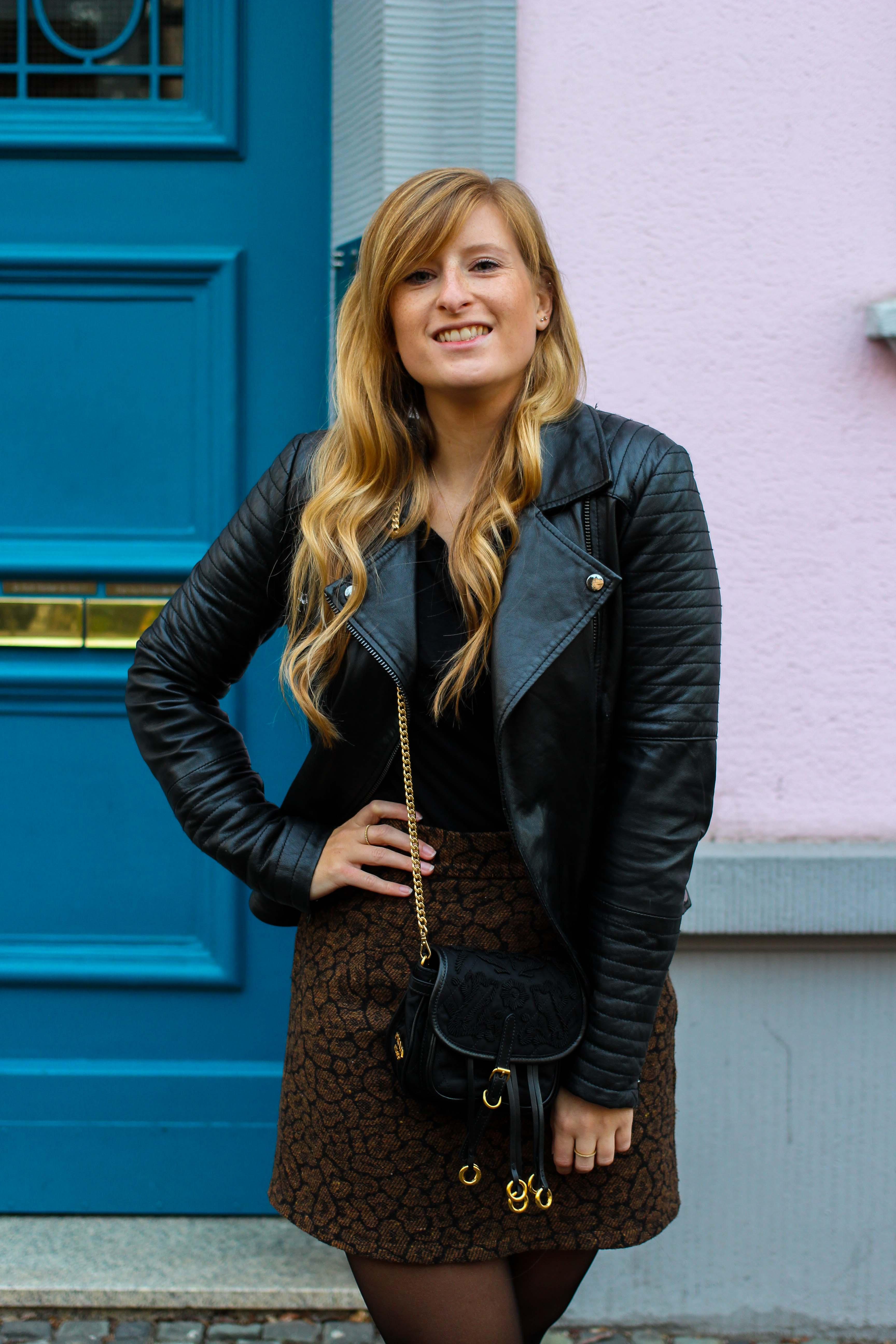 Leo Rock kombinieren Alltag Lederjacke Streetstyle Modeblog Prada Handtasche Stoff Edited Boots Frühling Strumpfhose 4