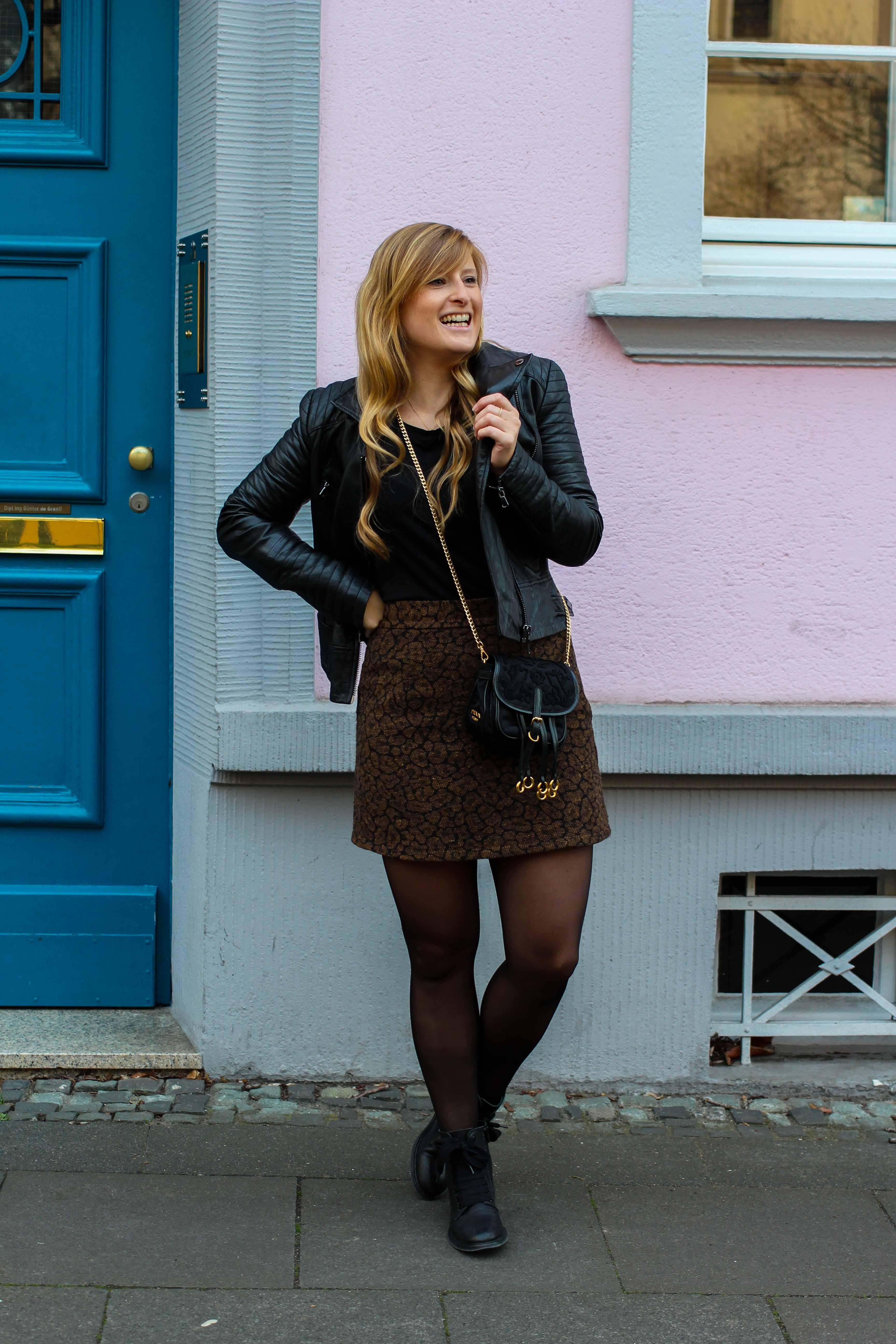 Leo Rock kombinieren Alltag Lederjacke Streetstyle Modeblog Prada Handtasche Stoff Edited Boots Frühling Strumpfhose 5