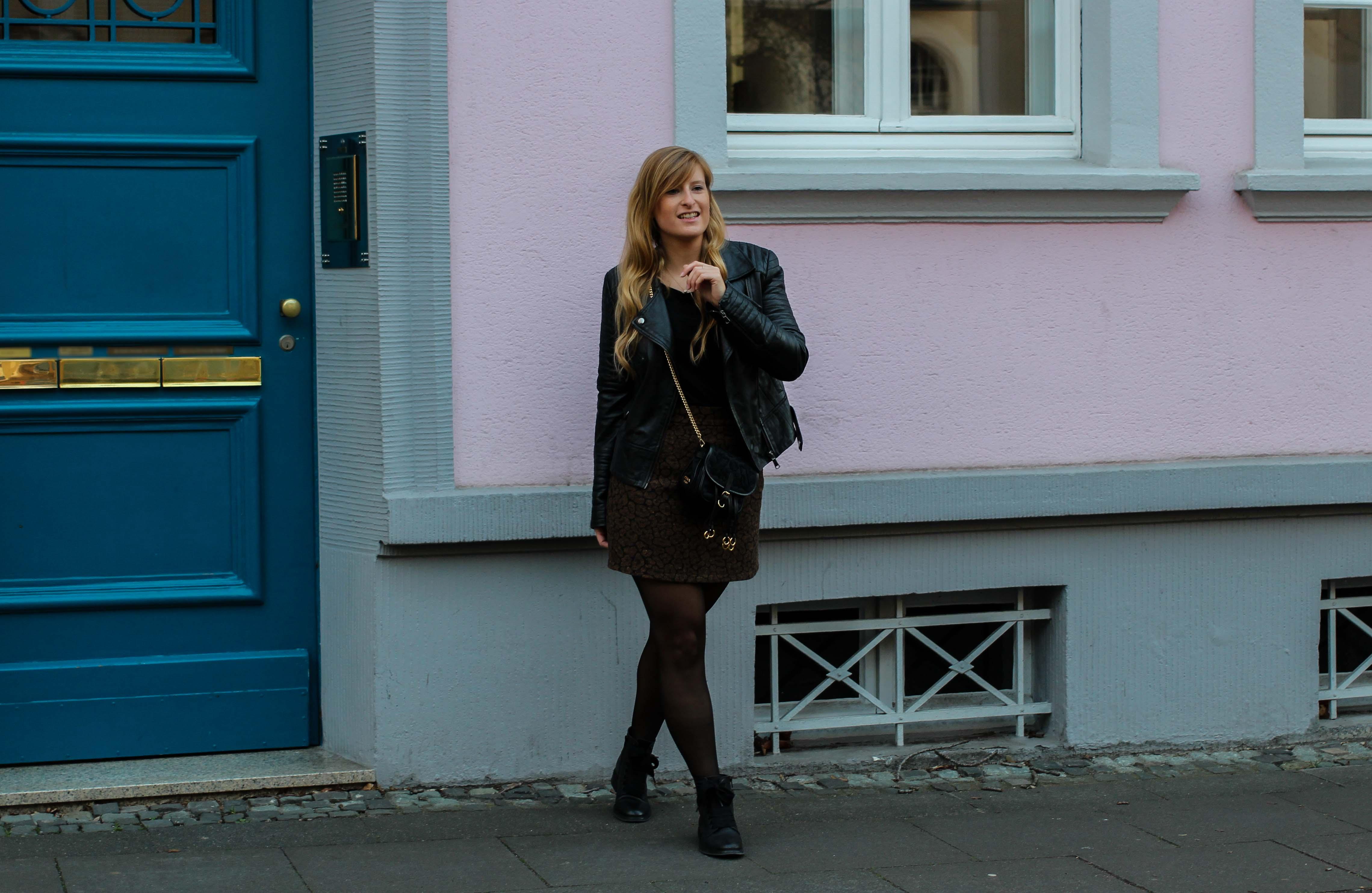 Leo Rock kombinieren Alltag Lederjacke Streetstyle Modeblog Prada Handtasche Stoff Edited Boots Frühling Strumpfhose 7