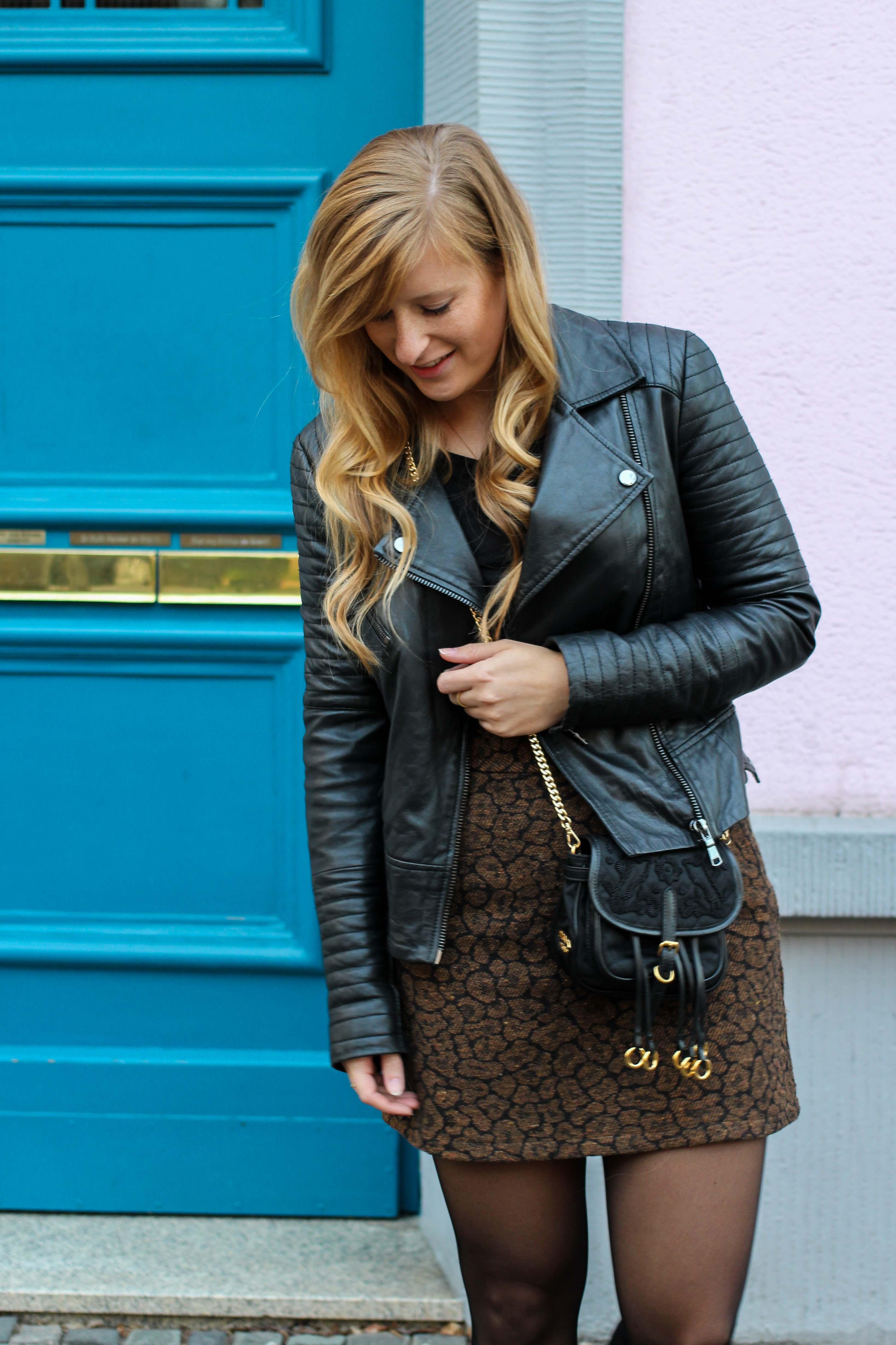 Leo Rock kombinieren Alltag Lederjacke Streetstyle Modeblog Prada Handtasche Stoff Leopard Muster Frühling Strumpfhose 2