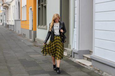 Midi Karo Rock mit Zierfalten Statement-Bund Logo am Bund Miss Sixty karrierter Rock Midirock Streetstyle Outfit Modeblog