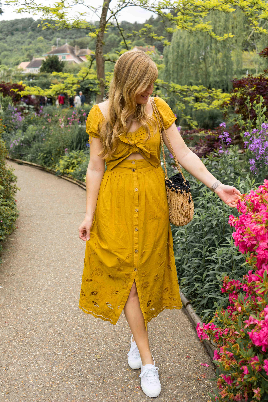 Sommerkleid Cut Outs Zara senfgelb Sommeroutfit Urlaub Normandie was tragen Giverny Monets Garten Modeblog 3