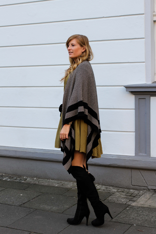 Overknees Gürteltasche Prada Poncho Second-Hand Kleidung kombinieren Streetstyle Outfit Bonn Zara Kleid grün Frühling 2019 3