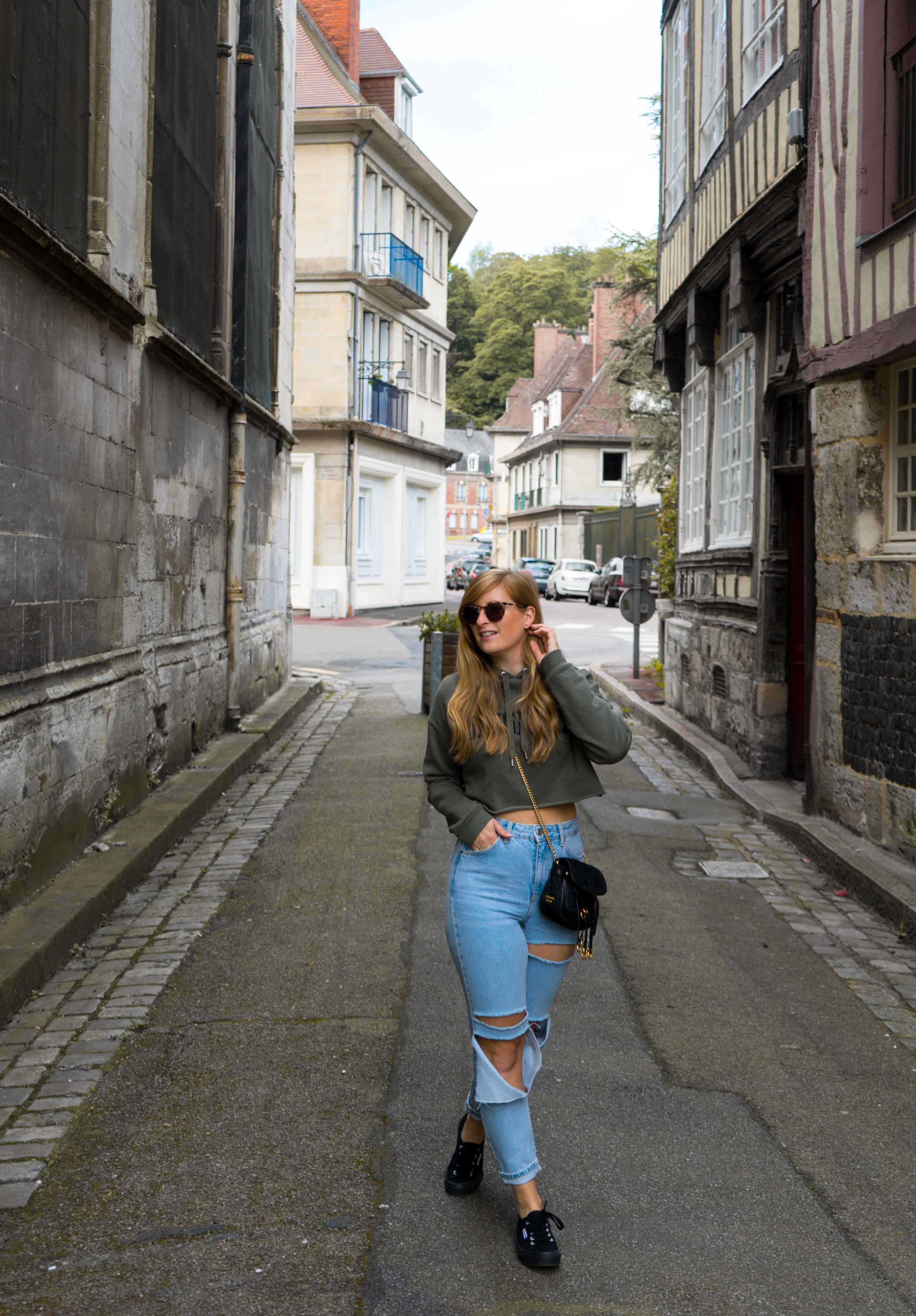 Two Ways to Style Ripped Jeans kombinieren Crop Sweater bauchfrei Sightseeing Look Modeblog Modeblogger Prada Umhängetasche schwarz gold 2