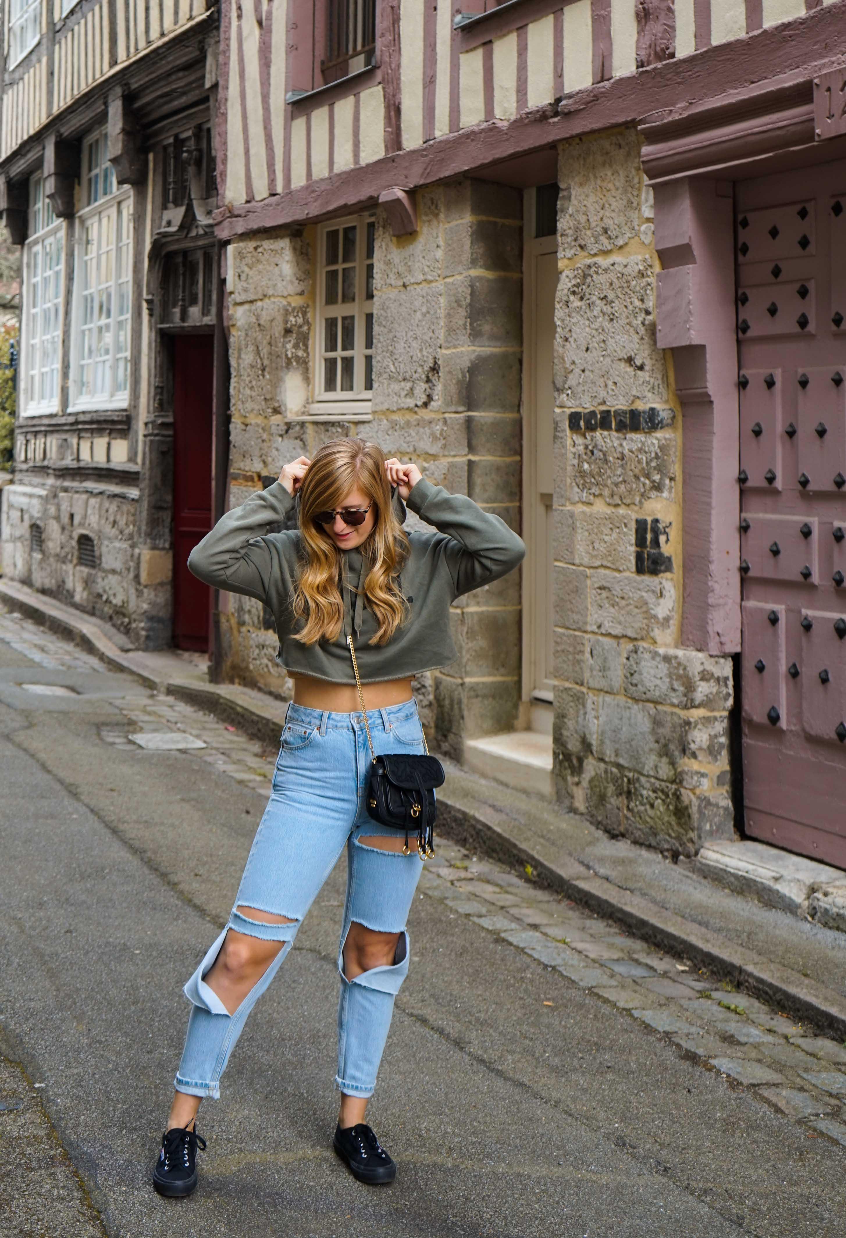 Two Ways to Style Ripped Jeans kombinieren Crop Sweater bauchfrei Sightseeing Look Modeblog Modeblogger Prada Umhängetasche schwarz gold 3