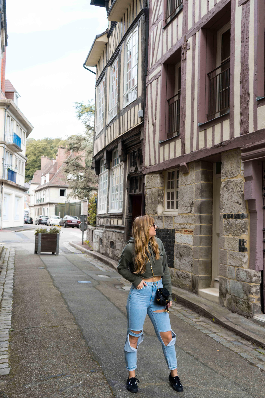 Two Ways to Style Ripped Jeans kombinieren Crop Sweater bauchfrei Sightseeing Look Modeblog Modeblogger Prada Umhängetasche schwarz gold
