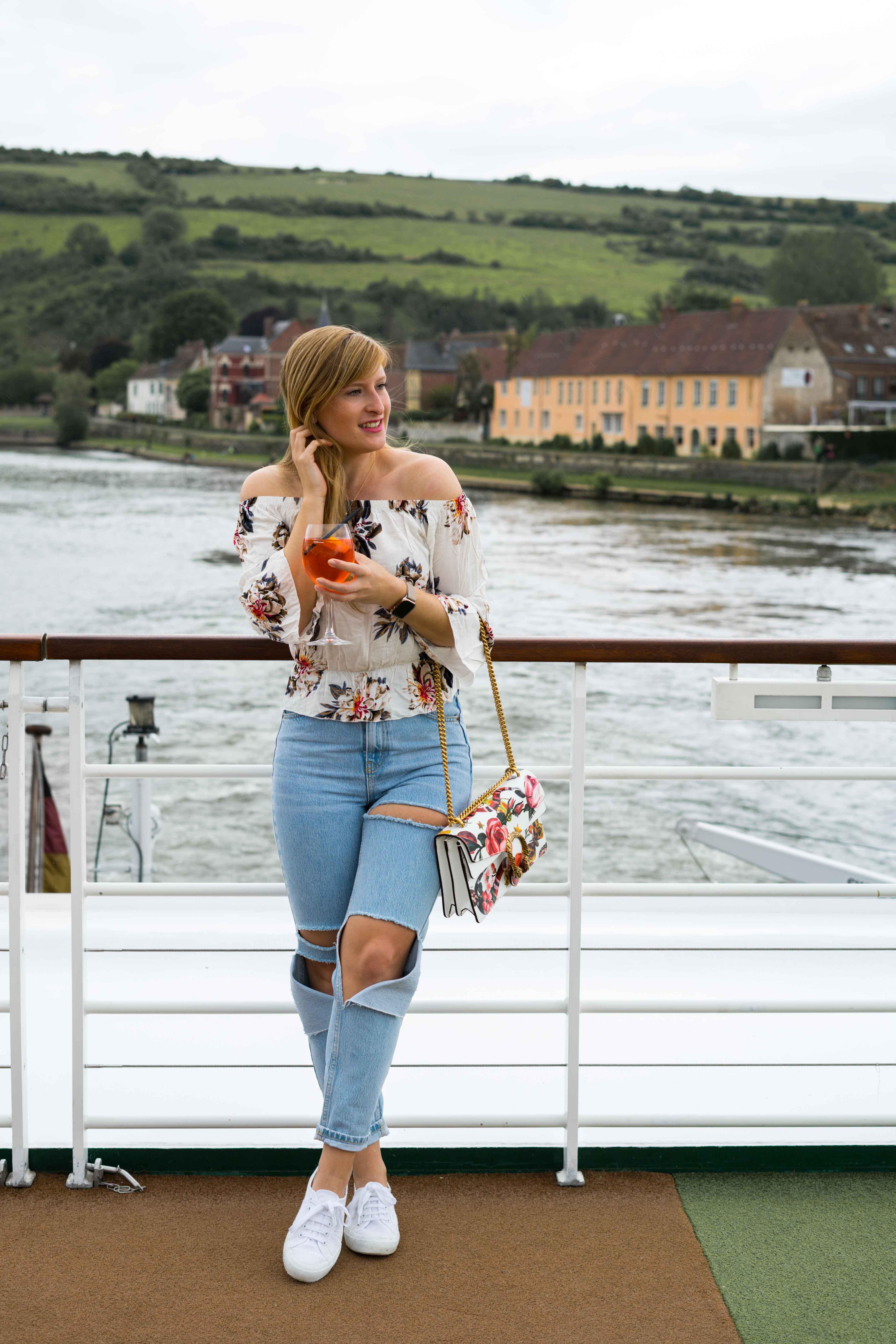 Two Ways to Style Ripped Jeans kombinieren Offshoulder Shirt Blumenprint bauchfrei Gucci Dionysus Garden Print Tasche Look Modeblog Modeblogger 2