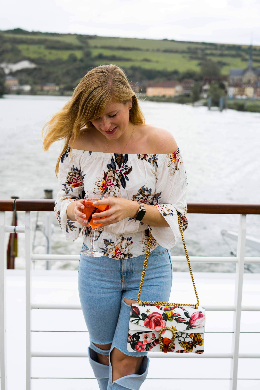 Two Ways to Style Ripped Jeans kombinieren Offshoulder Shirt Blumenprint bauchfrei Gucci Dionysus Garden Print Tasche Look Modeblog Modeblogger 5
