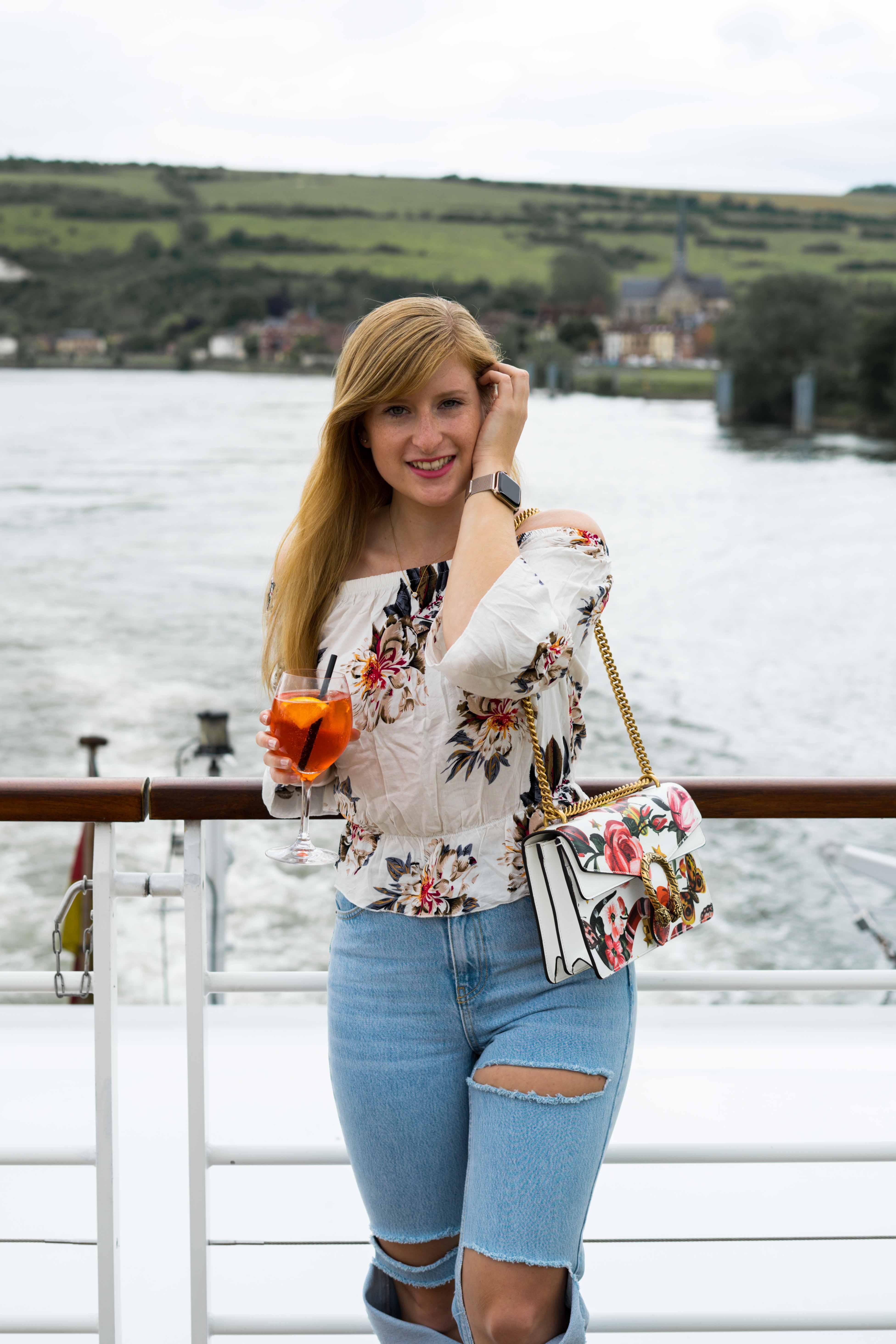 Two Ways to Style Ripped Jeans kombinieren Offshoulder Shirt Blumenprint bauchfrei Gucci Dionysus Garden Print Tasche Look Modeblog Modeblogger 6