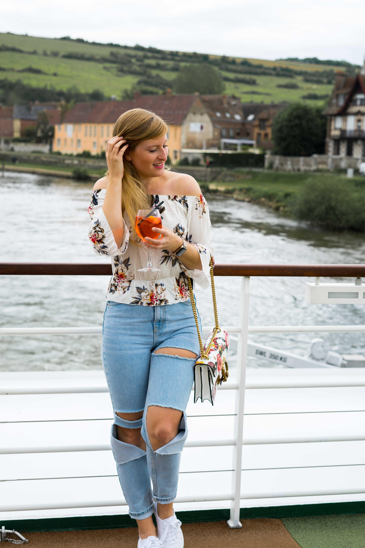 Two Ways to Style Ripped Jeans kombinieren Offshoulder Shirt Blumenprint bauchfrei Gucci Dionysus Garden Print Tasche Look Modeblog Modeblogger