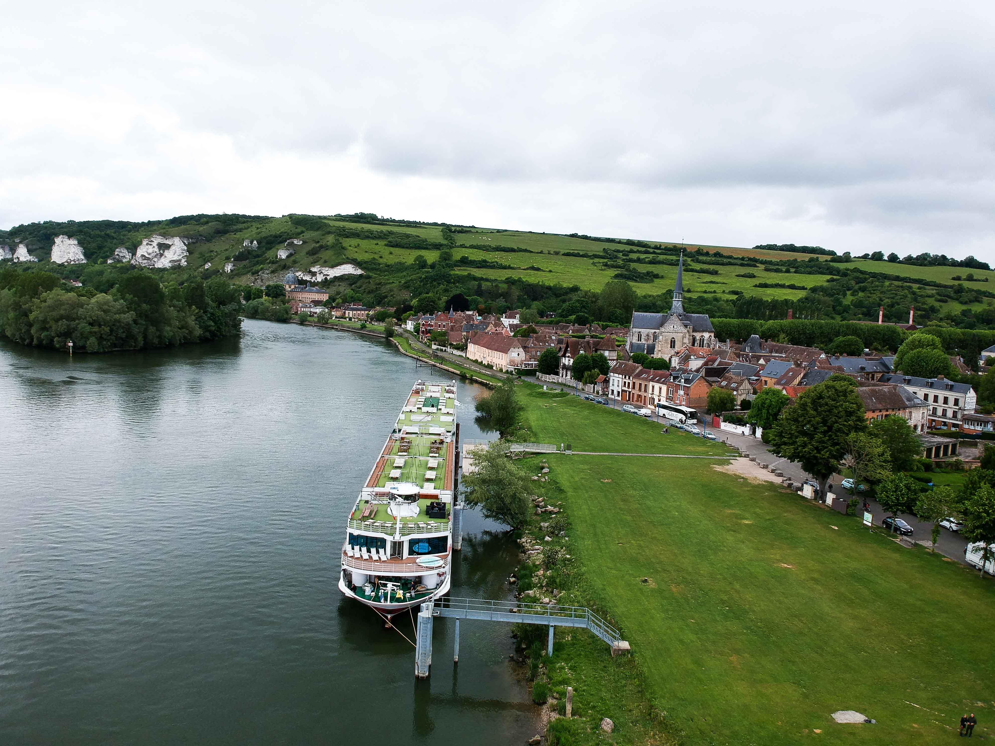 AROSA-VIVA-Seine-Flusskreuzfahrt-Kreuzfahrtschiff-Drohne-Schiff-außen-von-oben