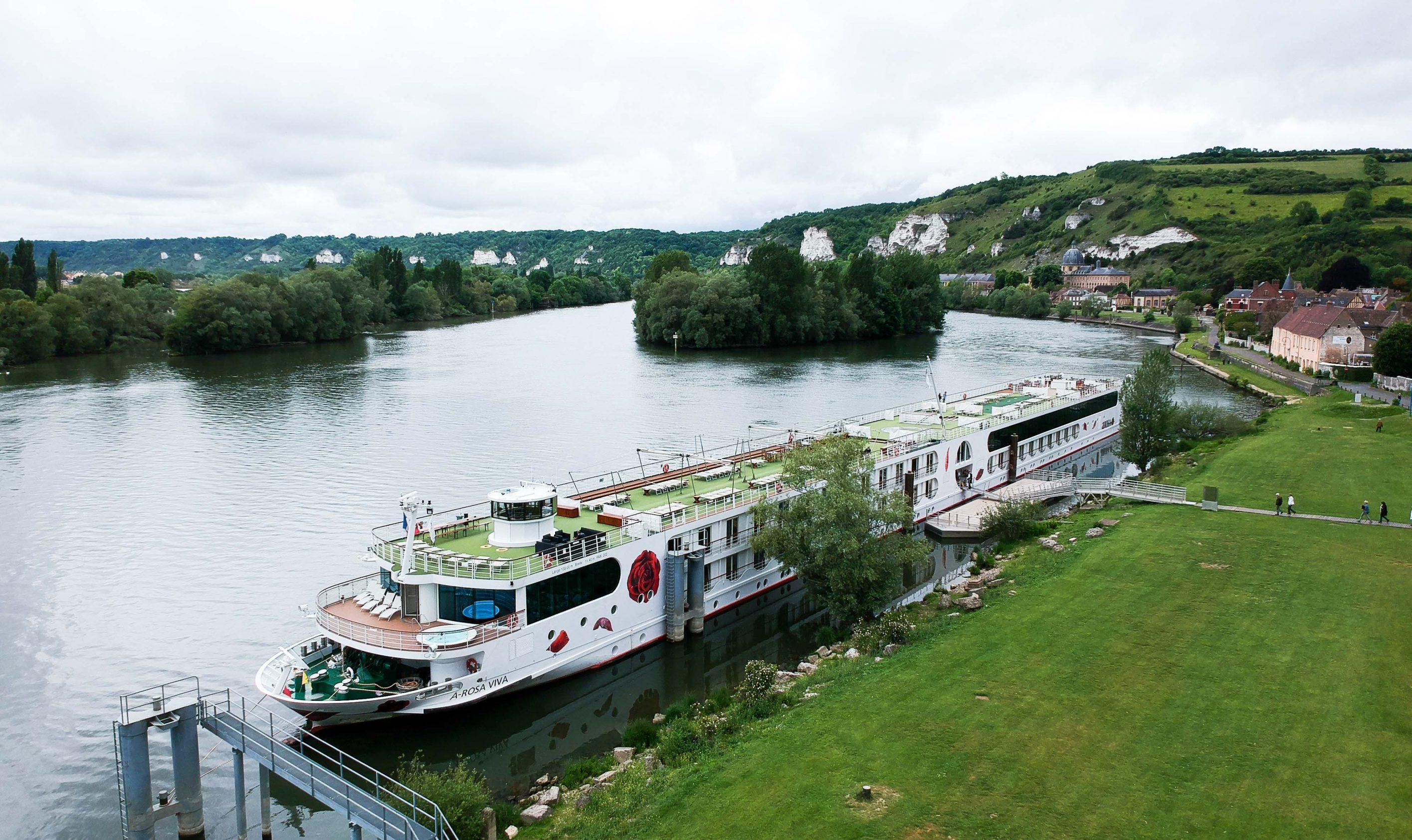 AROSA VIVA Seine Flusskreuzfahrt Kreuzfahrtschiff Drohne Schiff außen von oben
