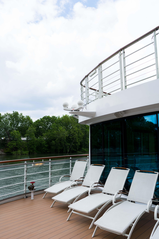 AROSA VIVA Seine Flusskreuzfahrt Kreuzfahrtschiff Wellnessbereich Sonnenliegen