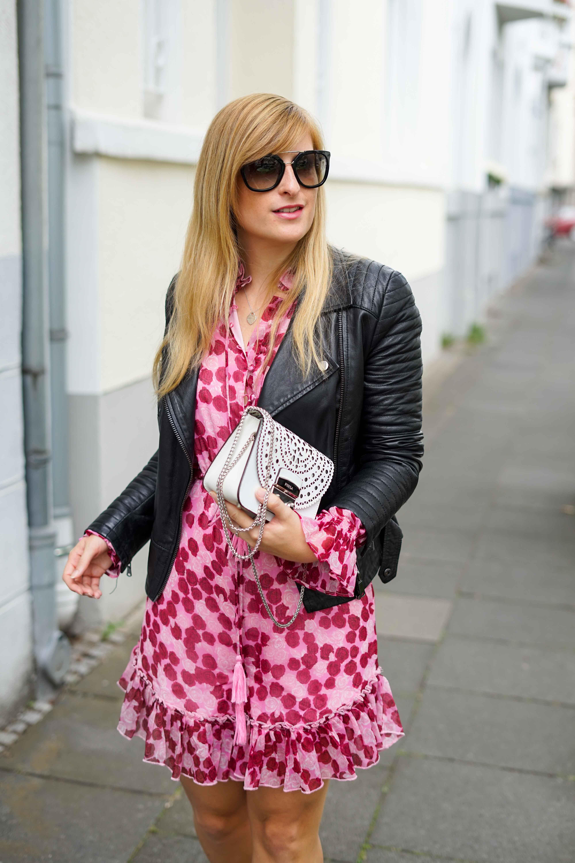 Pinker Jumpsuit kombinieren pink rosa Neonfarbe Trend 2019 Streetstyle Modeblog Bonn 5