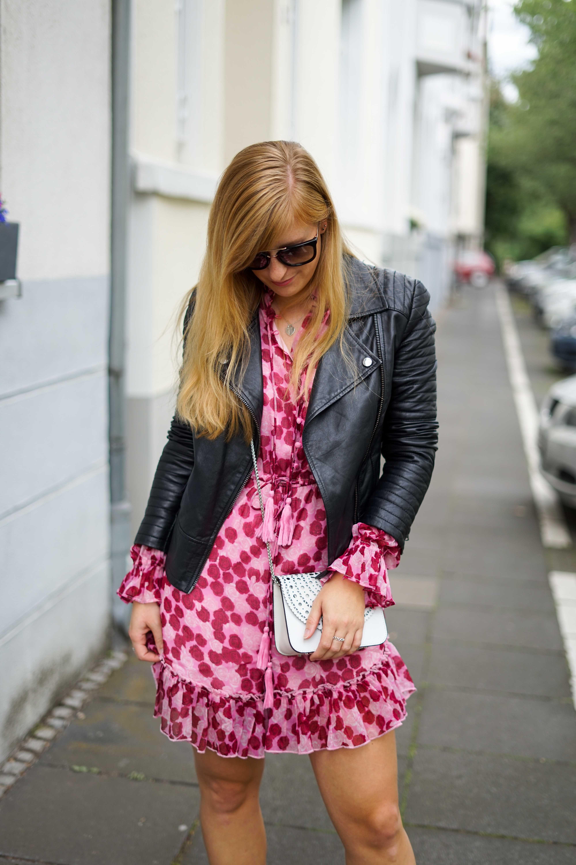 Pinker Jumpsuit kombinieren pink rosa Neonfarbe Trend 2019 Streetstyle Modeblog Bonn 7
