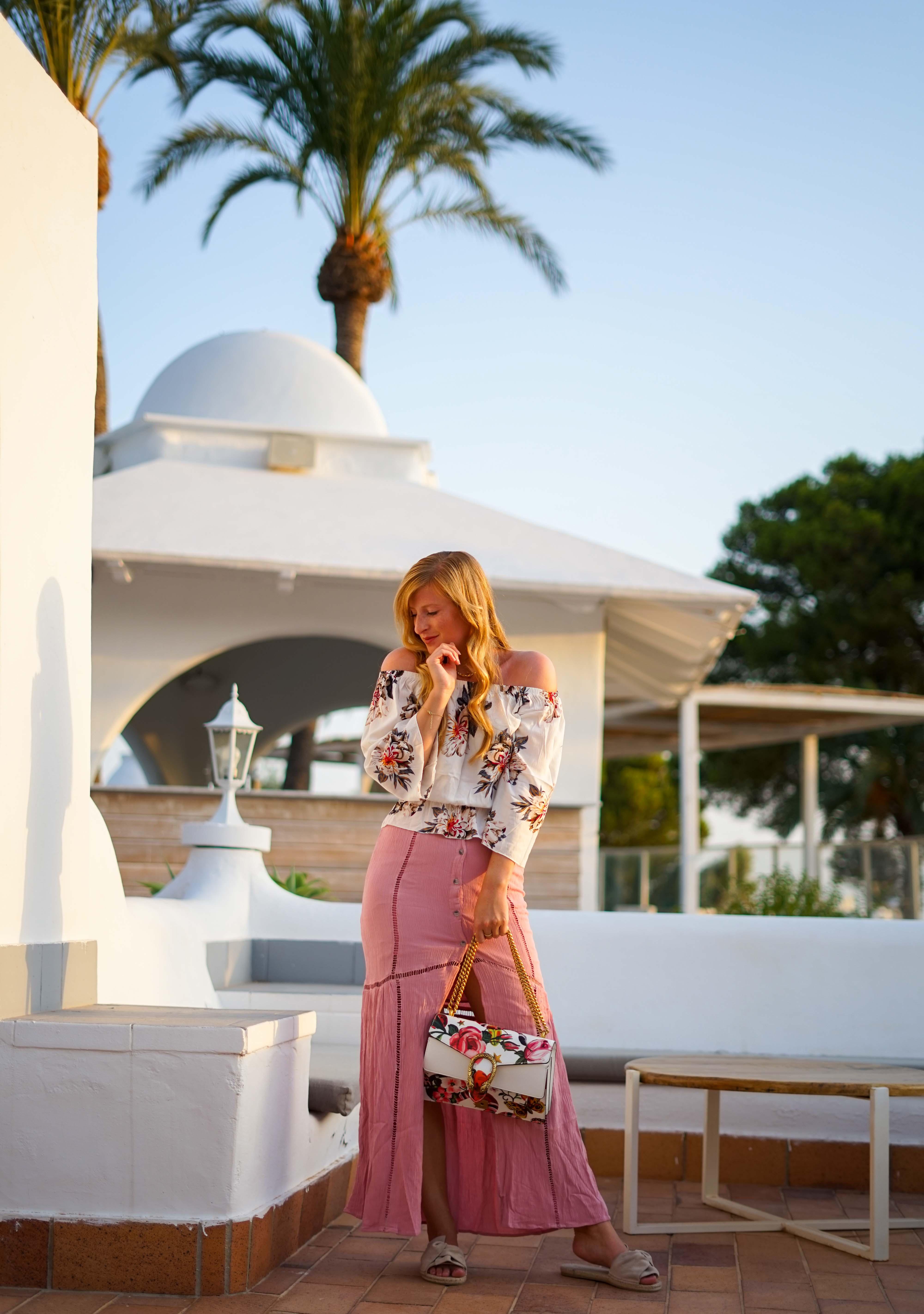 Rosa Maxirock Floral-Top goldene Accessoires Schmuck michael Kors Kette Kreolen Mallorca Golden Hour Sommerlook Urlaubsoutfit 1